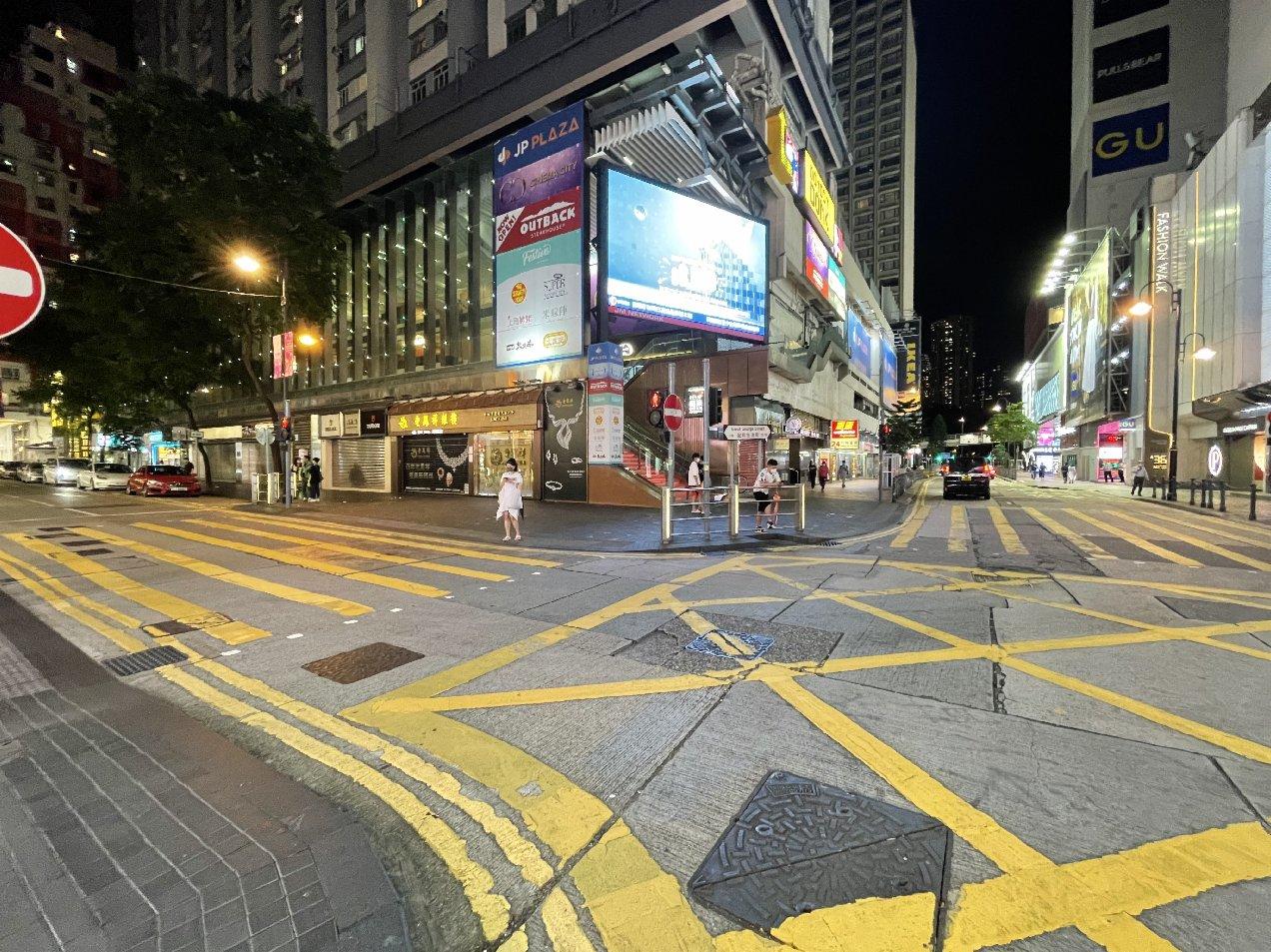 八號風球生效,銅鑼灣街面上行人稀少。(大公文匯全媒體記者 攝)