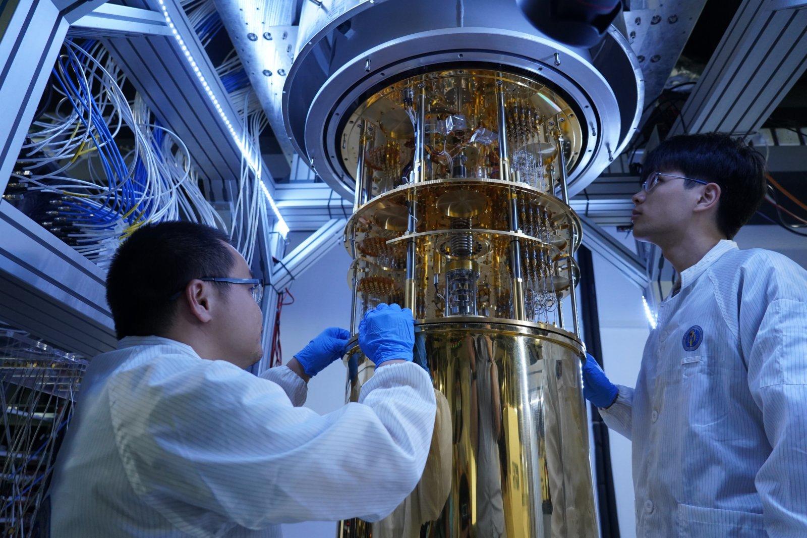 國際量子研究院技術人員在稀釋製冷機旁工作。(胡永愛攝)