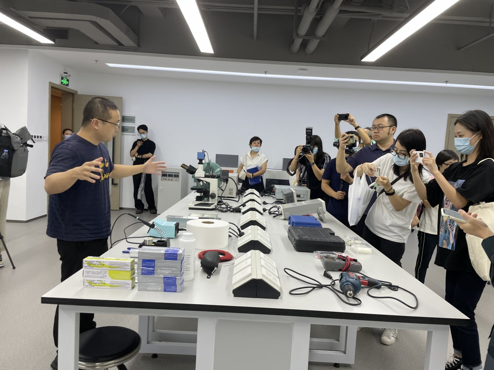 香港科技大學藍海灣孵化港入駐團隊負責人介紹實驗室。(胡永愛攝)