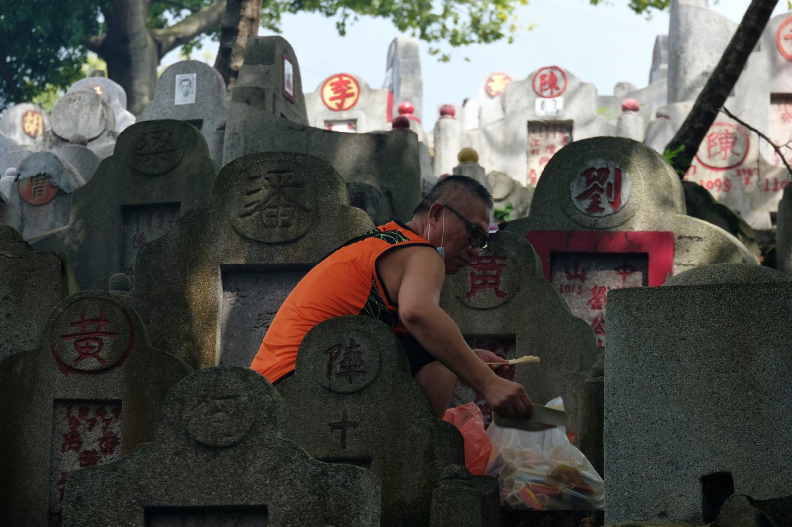 市民帶同紙紥祭品上山(大公文匯全媒體記者 麥鈞傑 攝)