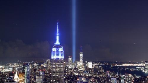 「9·11」恐襲19周年 象徵雙子塔燈柱照向夜空