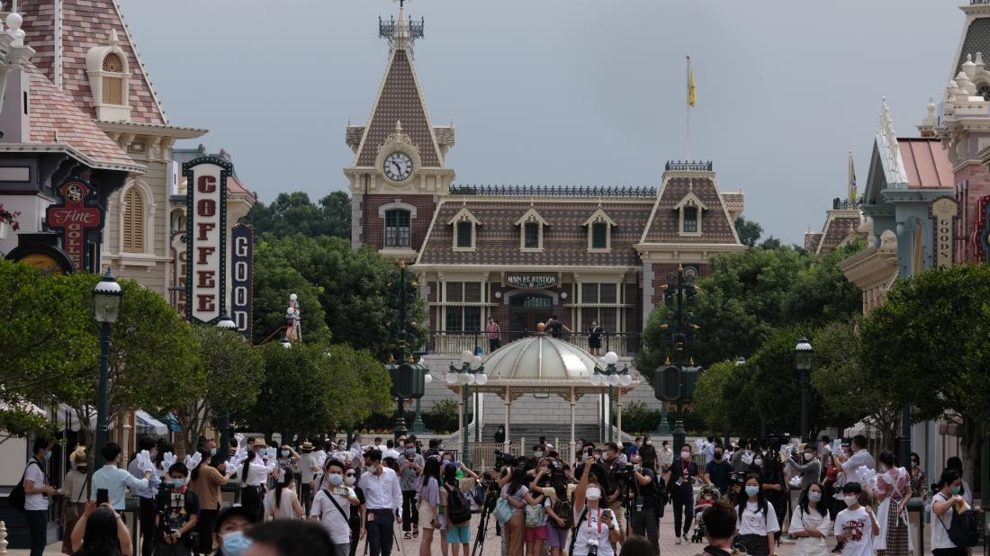 香港迪士尼25日重開 市民絡繹不絕