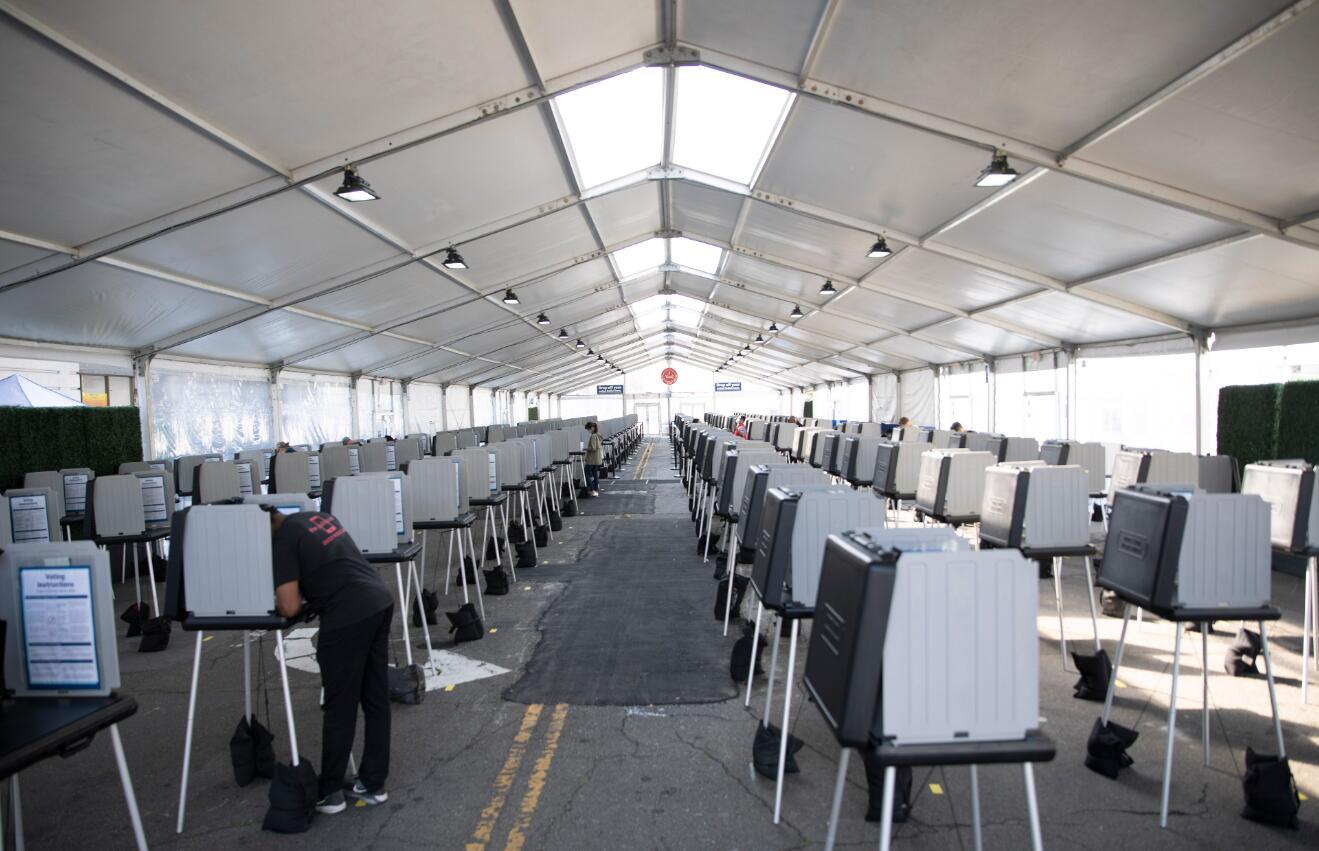 10月5日,美國舊金山選民在舊金山市政廳戶外投票中心填寫選票參加提前投票。(新華社)