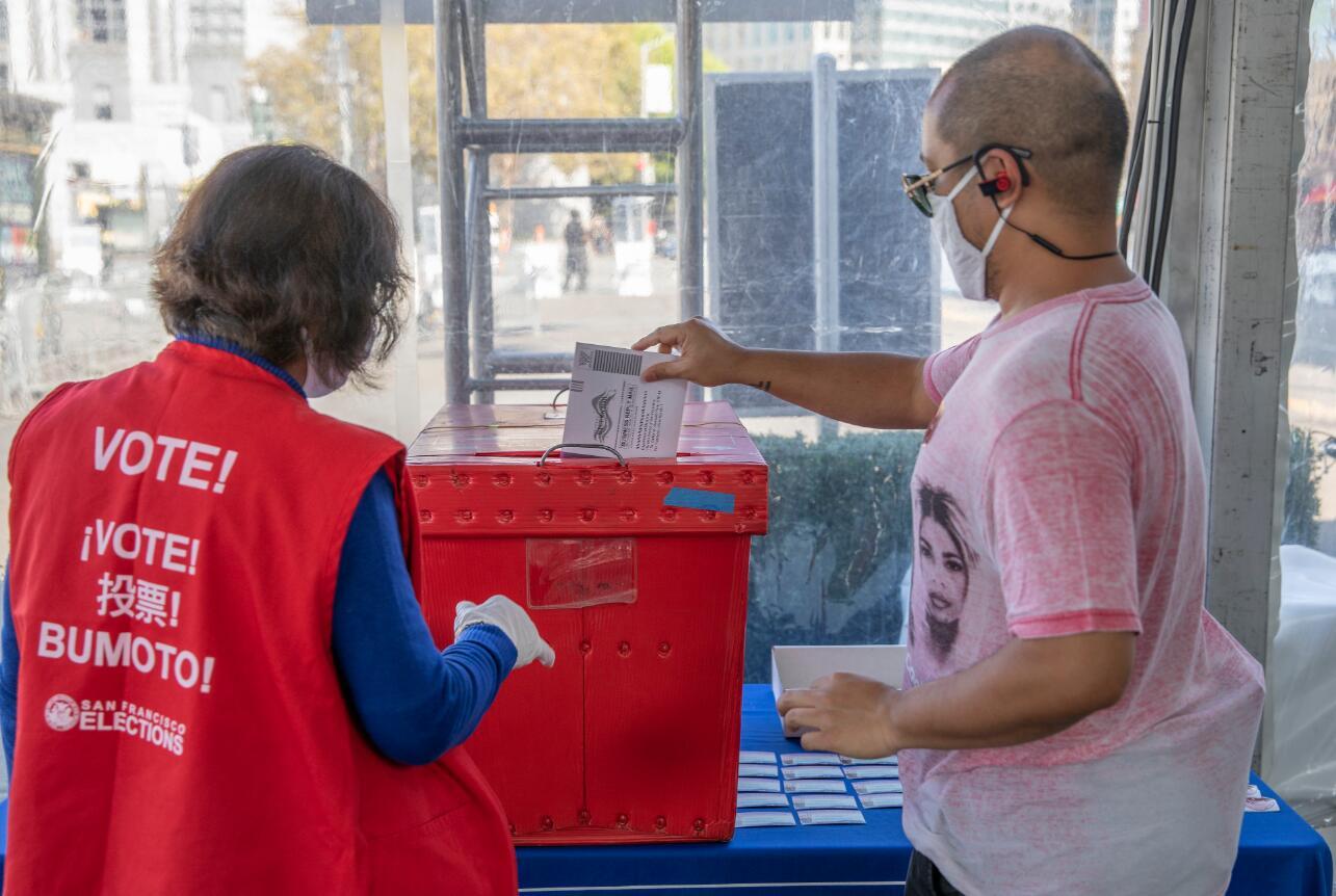 10月5日,美國舊金山選民在舊金山市政廳戶外投票中心參加提前投票。(新華社)