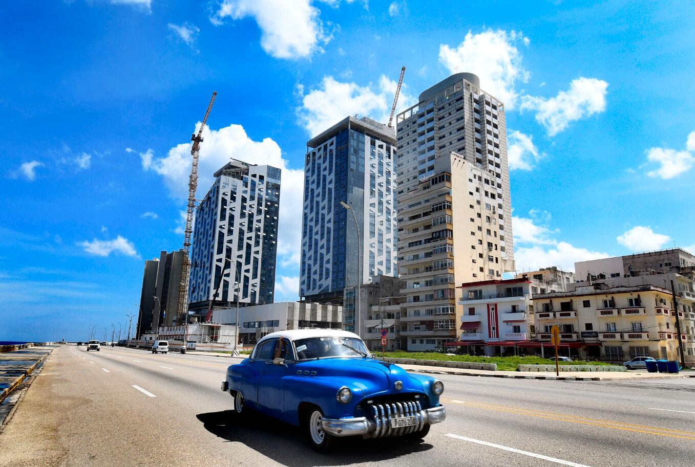 10月5日,一輛老爺車在古巴哈瓦那街道上行駛。(新華社)