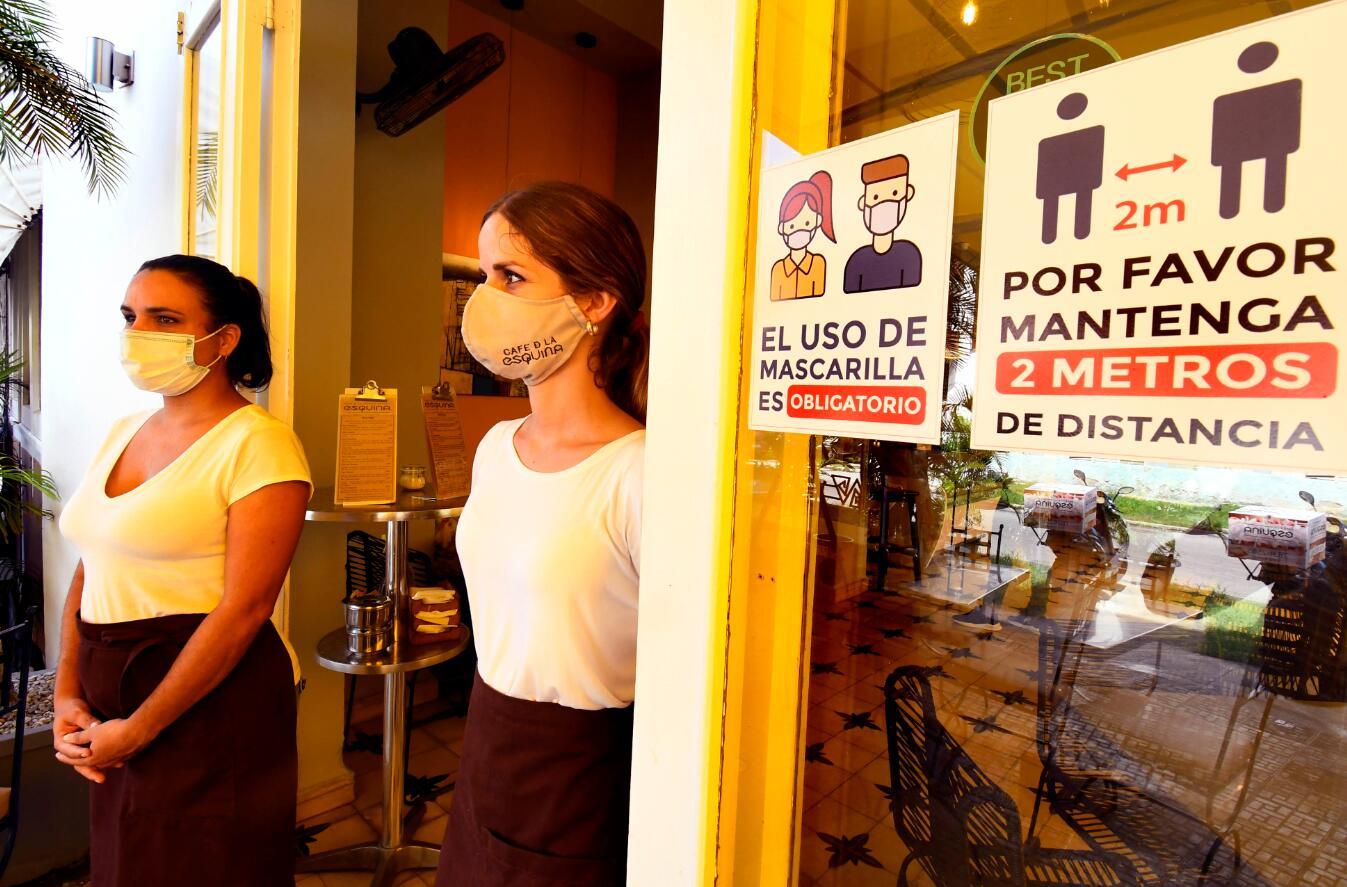 10月5日,服務員戴口罩在古巴哈瓦那一家餐廳工作。(新華社)
