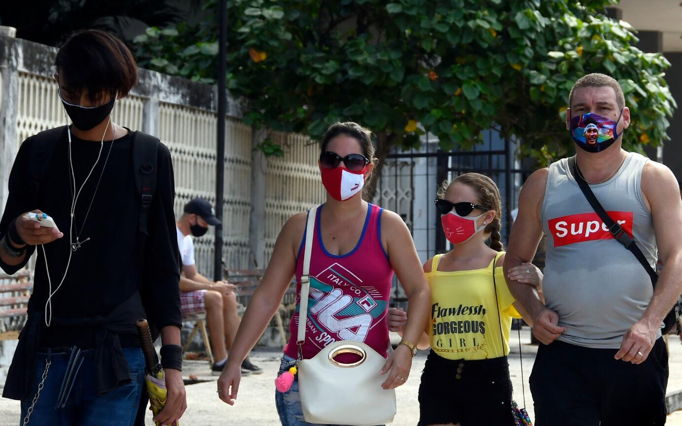 10月5日,在古巴哈瓦那,民眾戴口罩出行。(新華社)