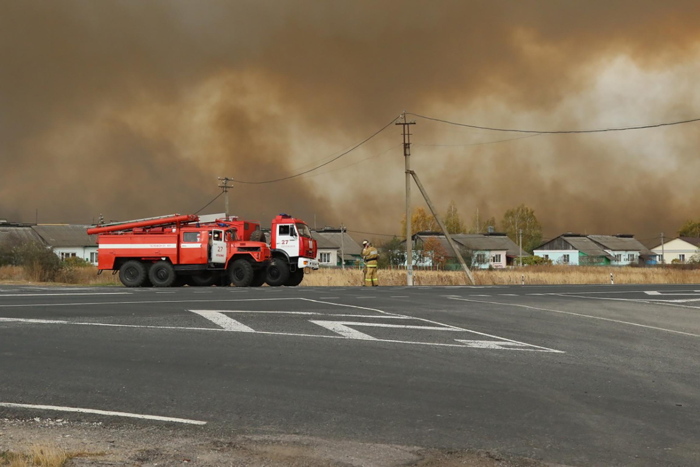 當地時間10月7日,俄羅斯梁贊州,一輛消防車飛馳在火場外。據報道,位於梁贊州的俄羅斯西部軍區一軍火庫7日發生火災,庫內部分彈藥發生爆炸。軍火庫周圍2300多人被疏散。(美聯社)