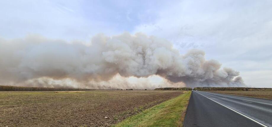 據塔斯社報道,由於當地風勢,使得滅火工作變得困難。據俄緊急情況部消息,目前在軍火庫周圍5公里範圍內的2300多人已被疏散至位於安全距離的學校和醫院。(美聯社)
