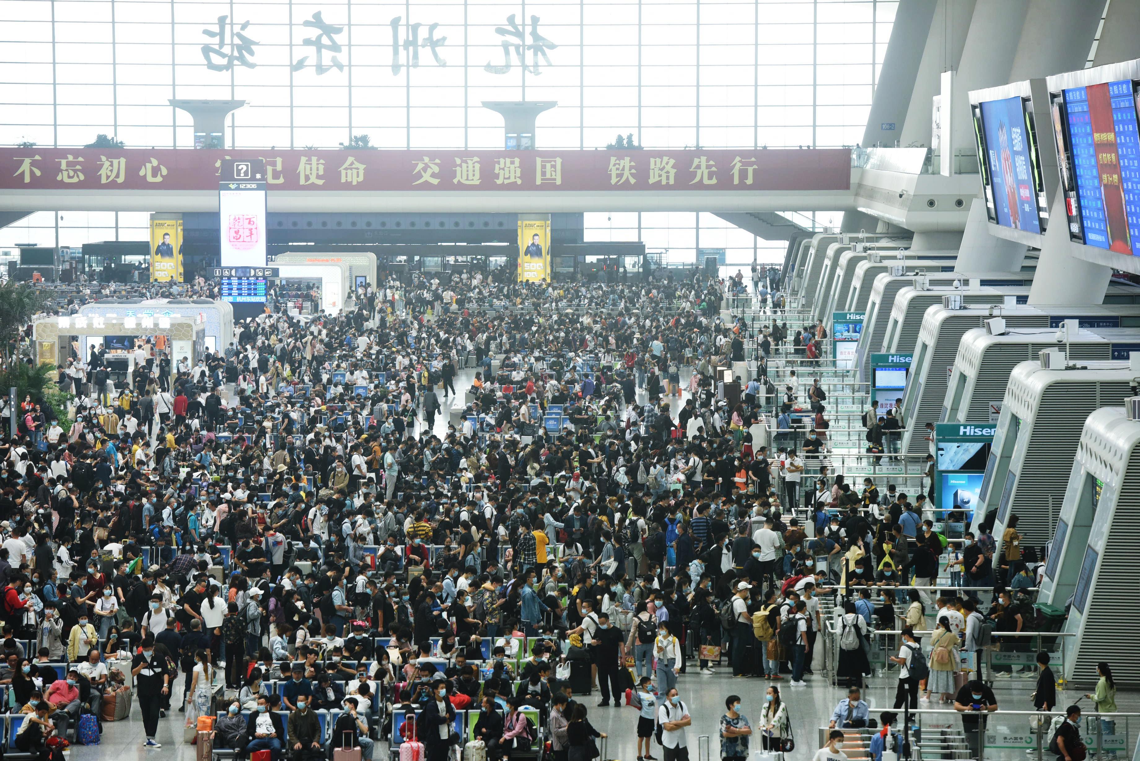 國慶長假臨近尾聲,多地交通運輸部門迎來返程客流高峰。圖為10月8日,旅客在杭州火車東站候車大廳候車。(新華社)