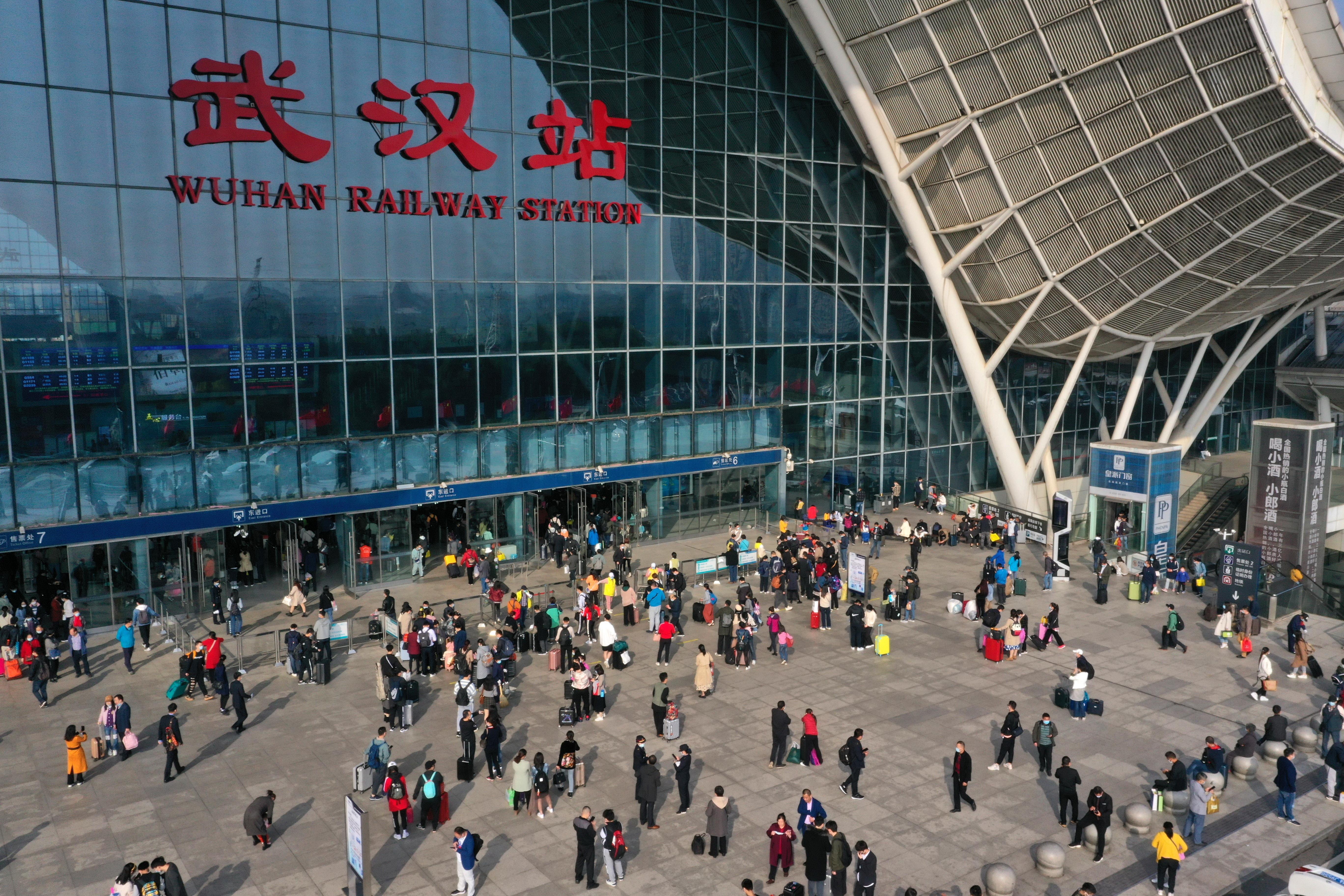 國慶長假臨近尾聲,多地交通運輸部門迎來返程客流高峰。旅客在武漢火車站東廣場準備進站乘車。(新華社)