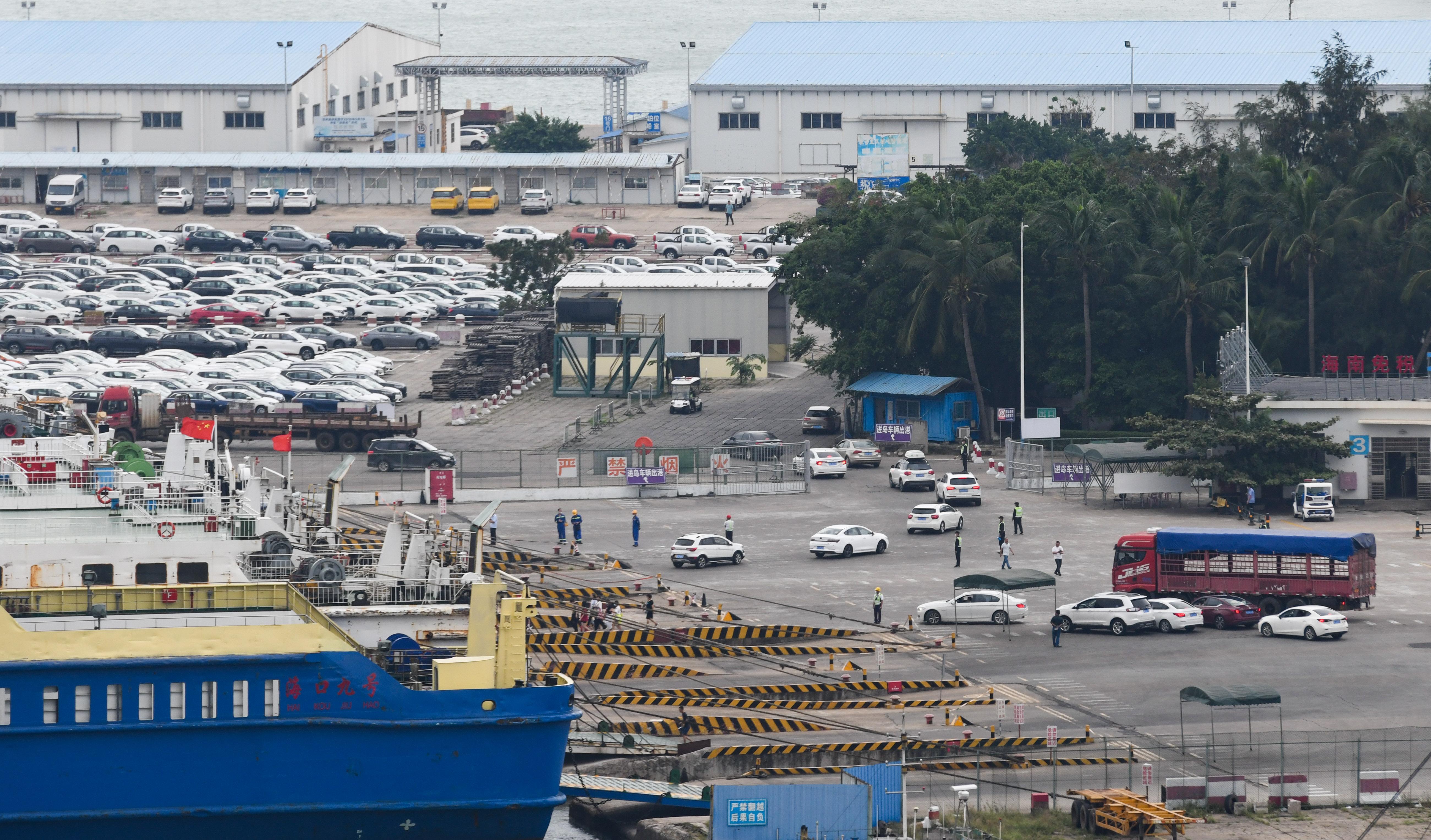 國慶長假臨近尾聲,多地交通運輸部門迎來返程客流高峰。圖為10月8日,在海口秀英港輪渡碼頭,進島車輛有序出港,出島車輛在工作人員指揮下駛入客滾船。(新華社)