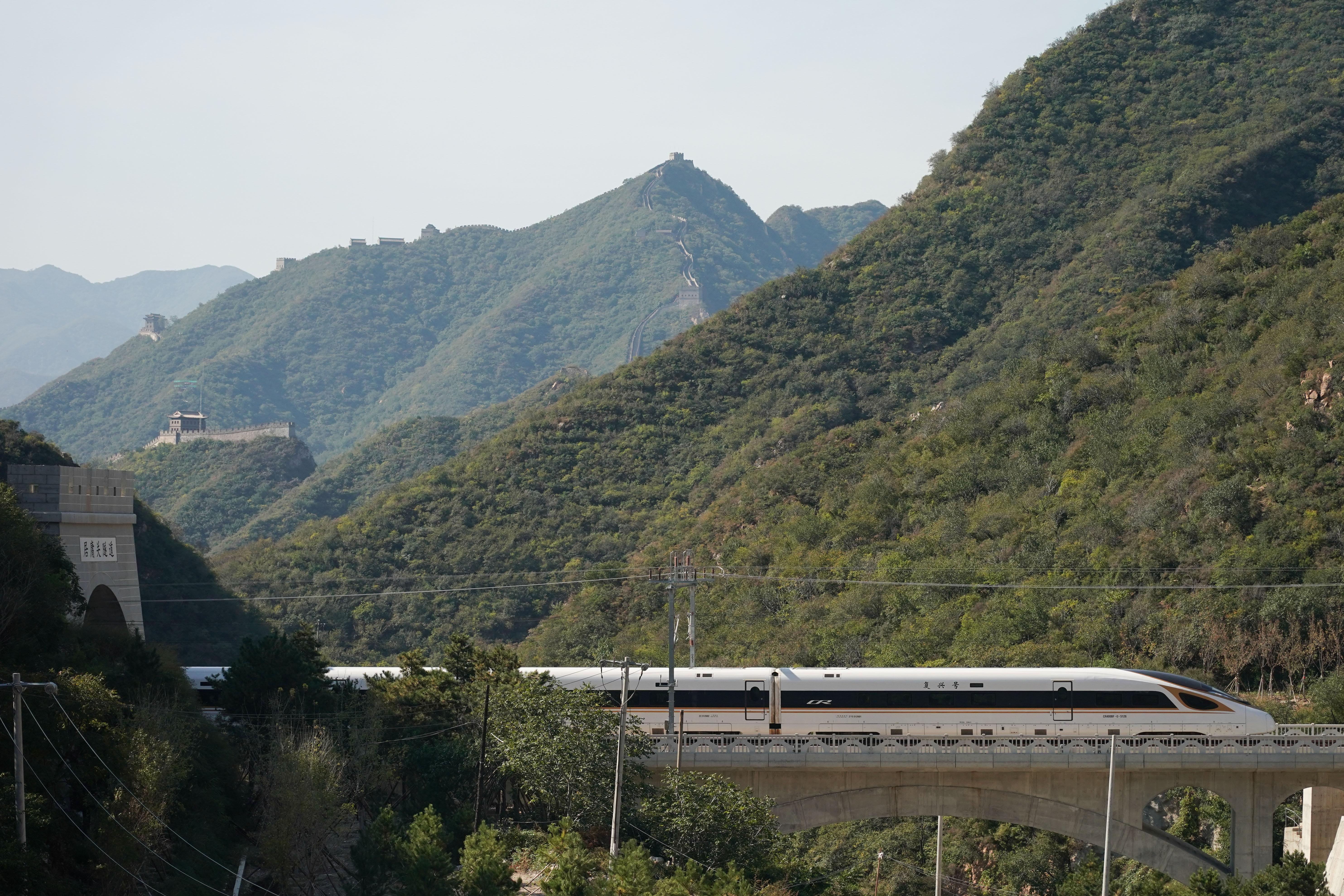 一列復興號高鐵列車從京張高鐵駛過居庸關長城(10月6日攝)。 (新華社)