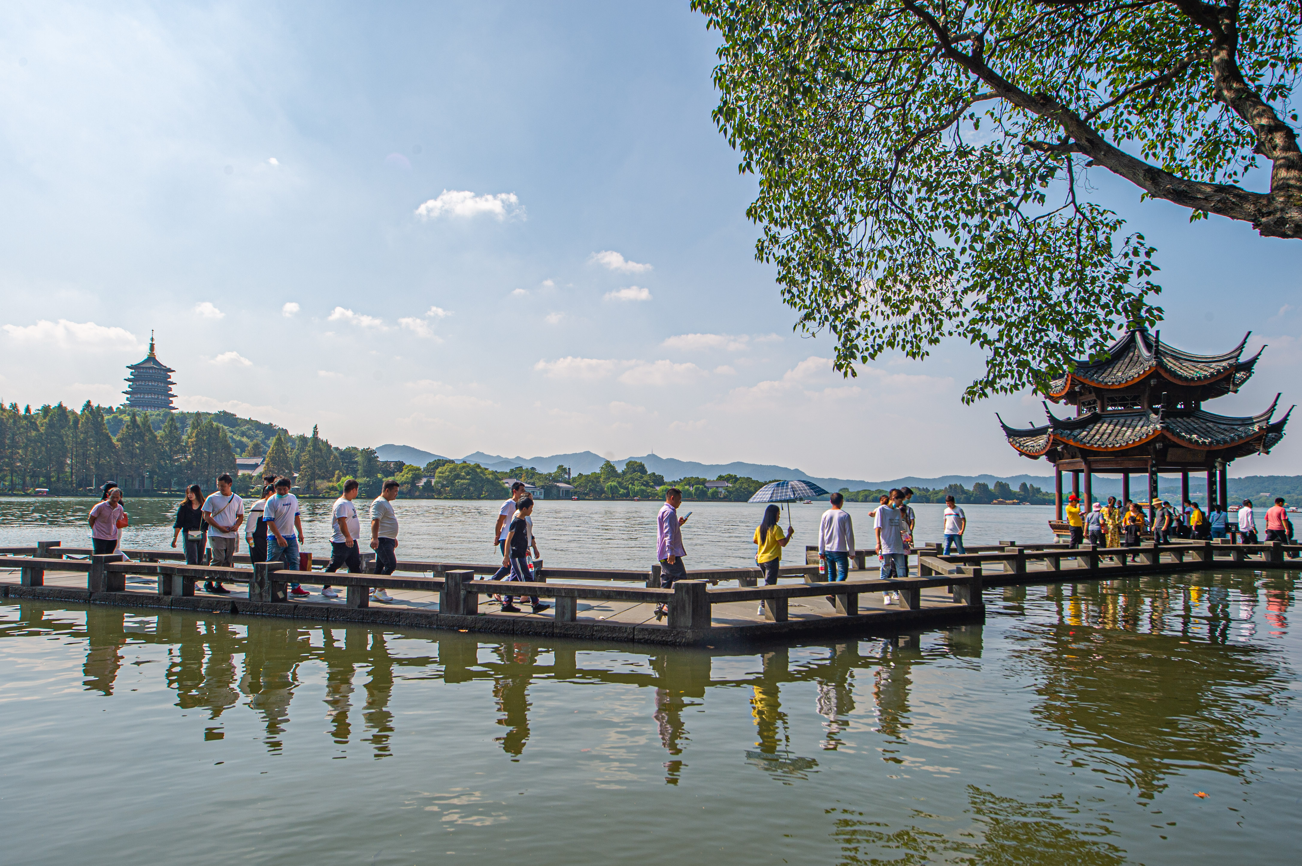 遊客在杭州西湖長橋景區遊覽(10月1日攝)。?(新華社)