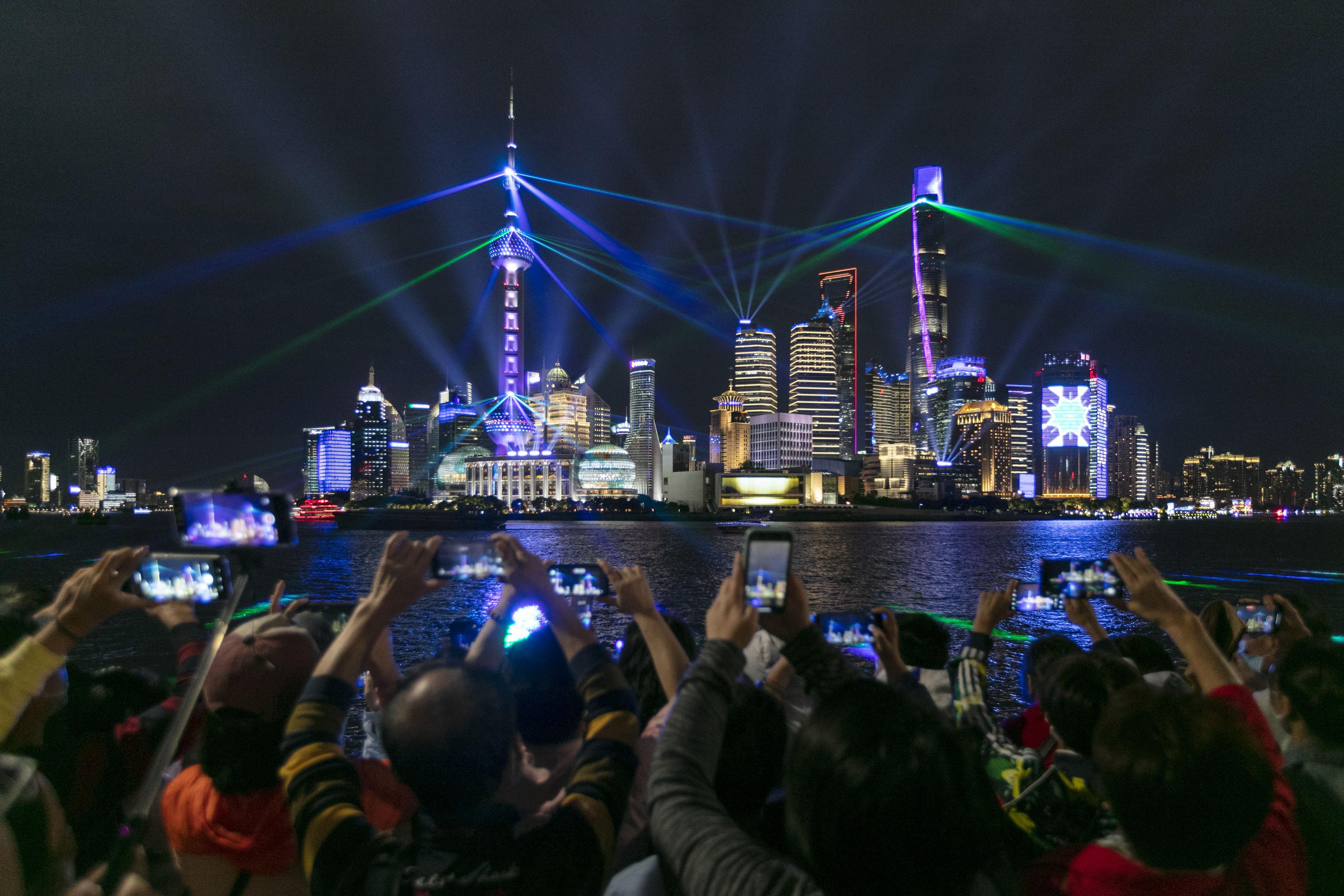 人們在上海外灘觀賞燈光秀(10月5日攝)。(新華社)