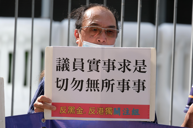 市民在立法會外請願,呼籲立法會員專注抗疫,拒絕攬炒,請求盡快選出內委會及財委會主席。大公文匯全媒體記者 攝