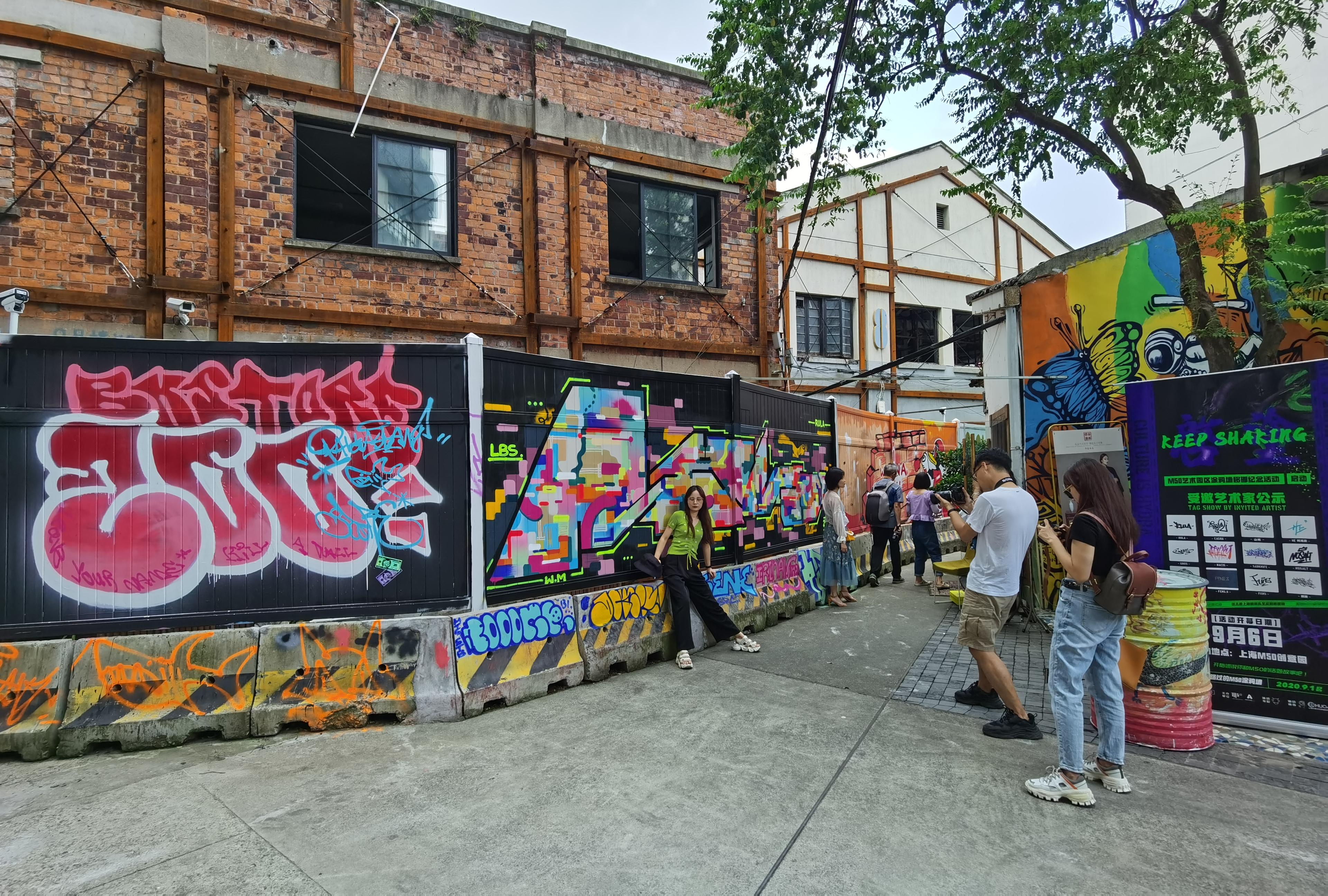曾經是上海乃至全國最早的「塗鴉藝術」集聚地,位於上海蘇州河兩灣段莫干山路的600米塗鴉牆在這個秋天「重獲新生」——因為城市改造需要,這片已經存在15年歷史的牆體面臨拆除,為了留住城市的新鮮「文脈」,在政府、文化機構和海內外藝術家的「合力」中,塗鴉牆不僅得到保留,更遷入滬上知名的文創園區M50開啟新徵程。 新出爐的「塗鴉」牆成為上海蘇州河文化風景一部分(大公文匯全媒體記者 張帆 攝)