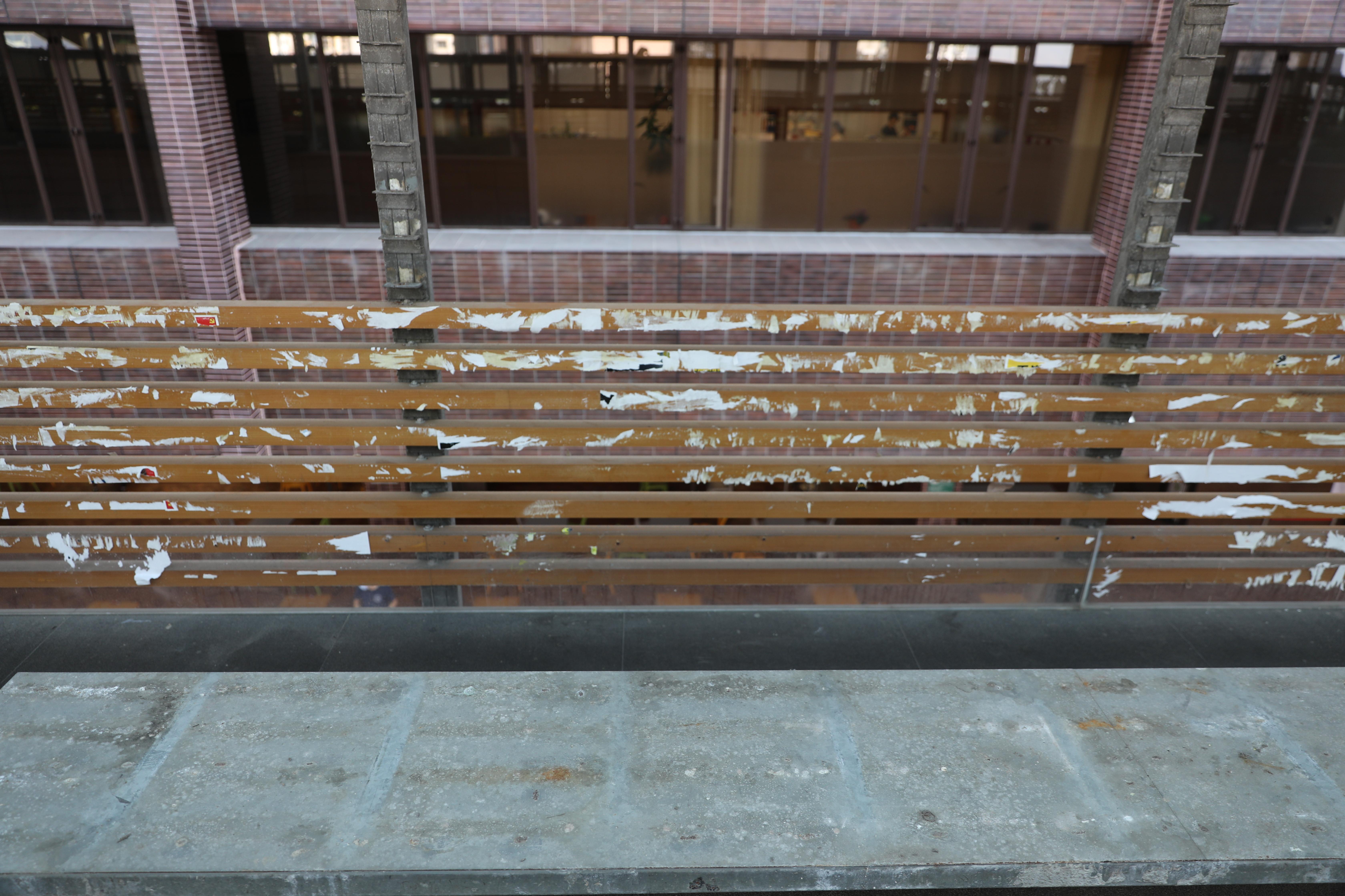 香港大學學生會於大學街上層攤位的管理權於日前正式期滿,校方昨日拒絕學生會遞交延續申請,大學街上層攤位從今日起歸由校方管理,並於今(10日)早上清拆「連儂牆」。(大公文匯全媒體記者 攝)