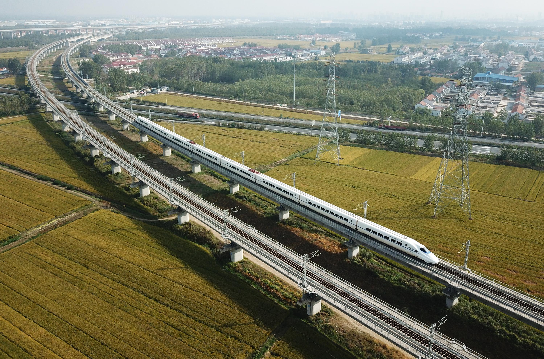 10月10日,一列動車組列車行駛在江蘇連雲港市境內(無人機照片)。 新華社
