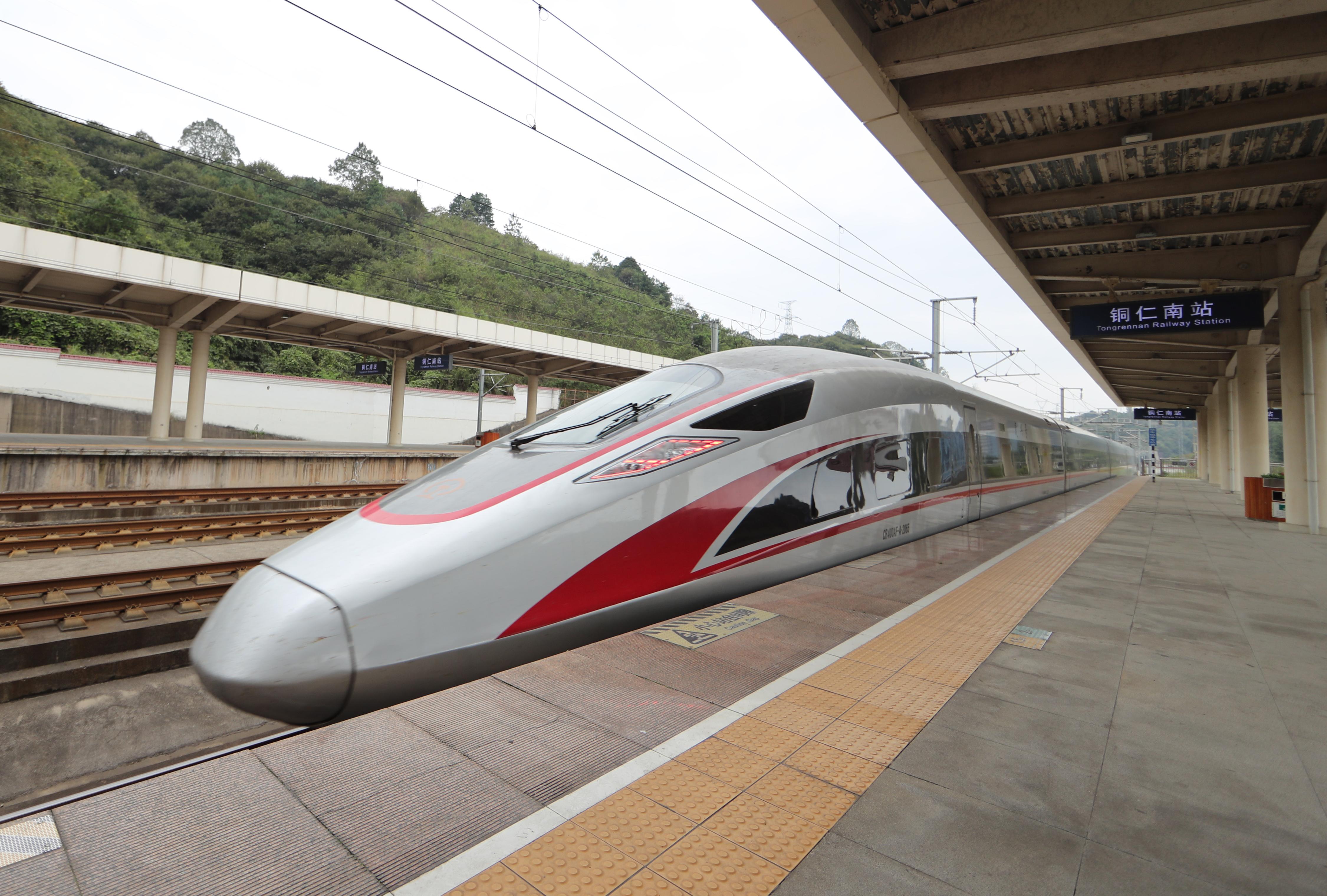 10月10日,一列動車組列車駛出滬昆高鐵貴州銅仁南站。新華社