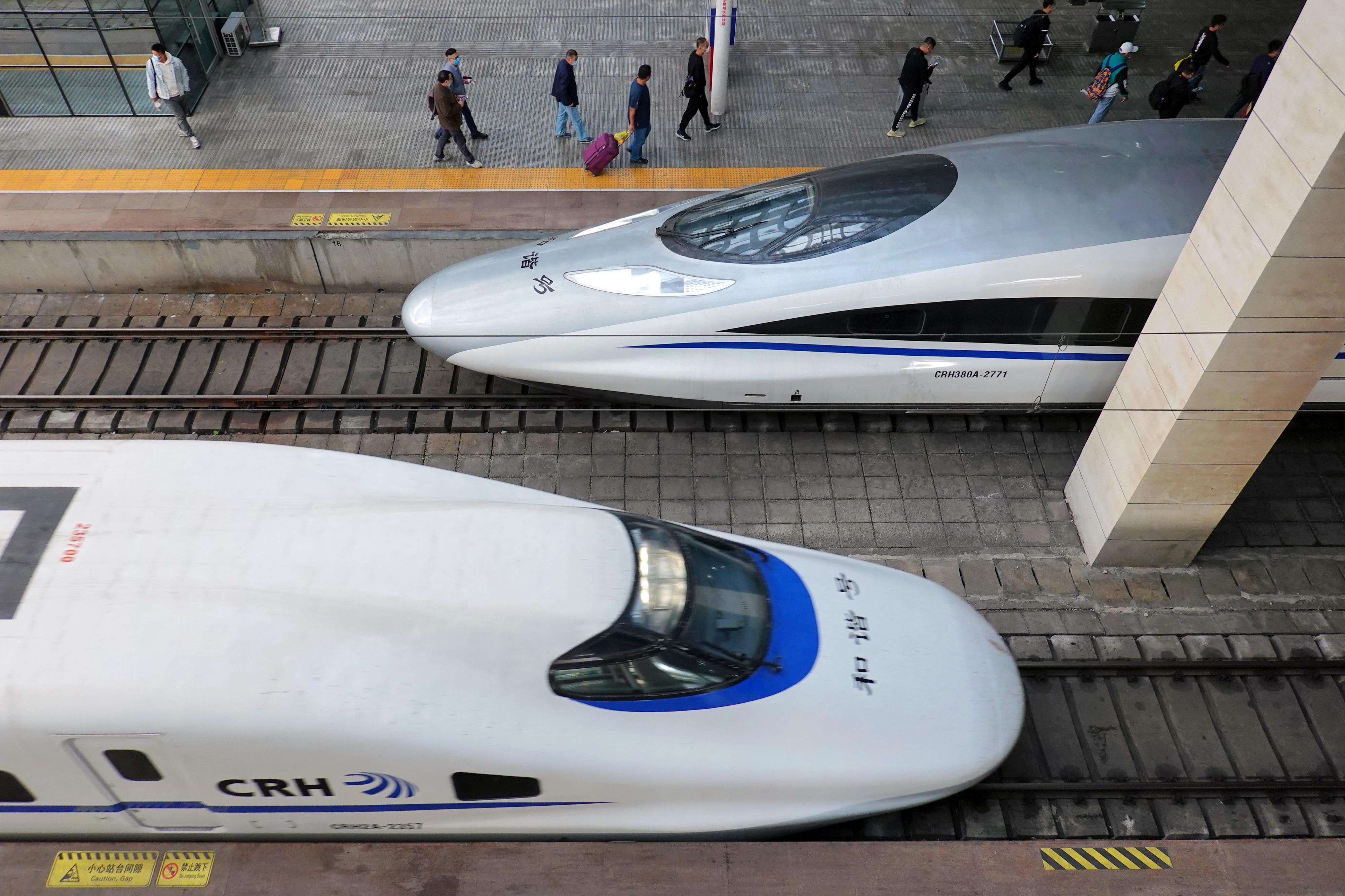 10月10日,旅客在山東煙台火車站乘車。新華社