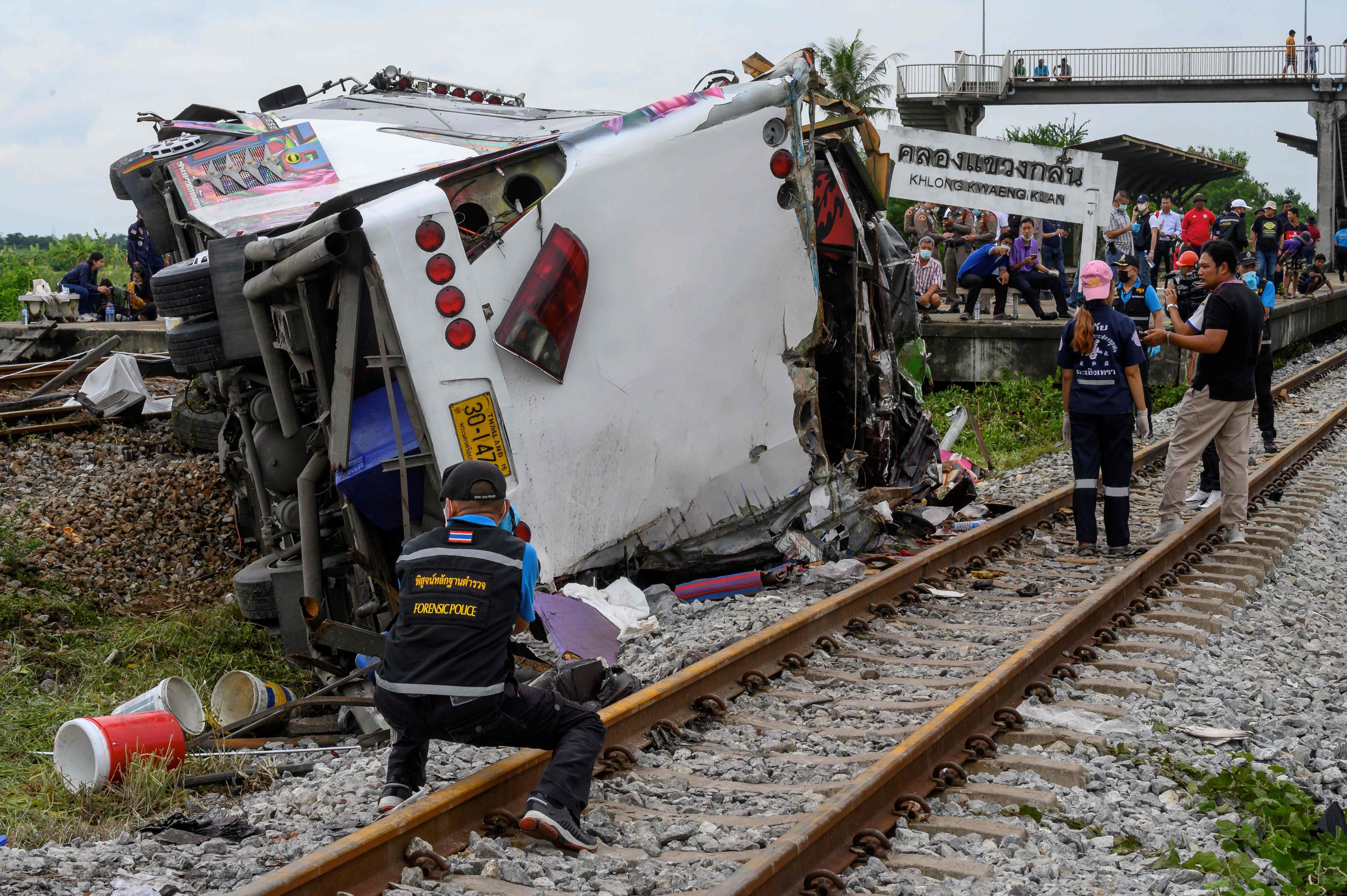 10月11日,泰國中部北柳府發生一起火車與巴士相撞事故,目前已導致17人死亡,30人受傷。(法新社)