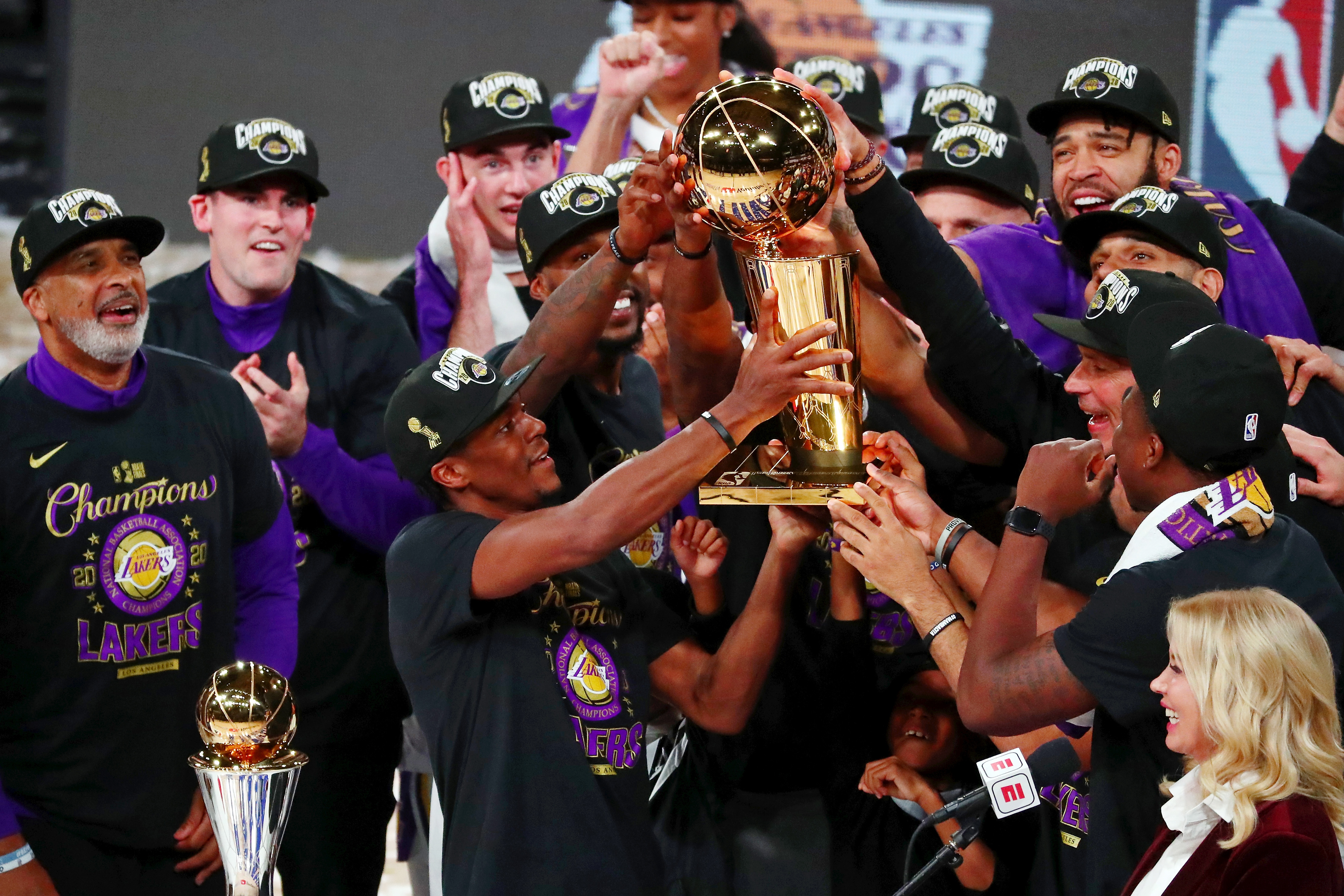 北京時間12日上午,2019-2020賽季NBA總決賽落下帷幕,洛杉磯湖人經過6場鏖戰,4比2擊敗邁阿密熱火加冕總冠軍。