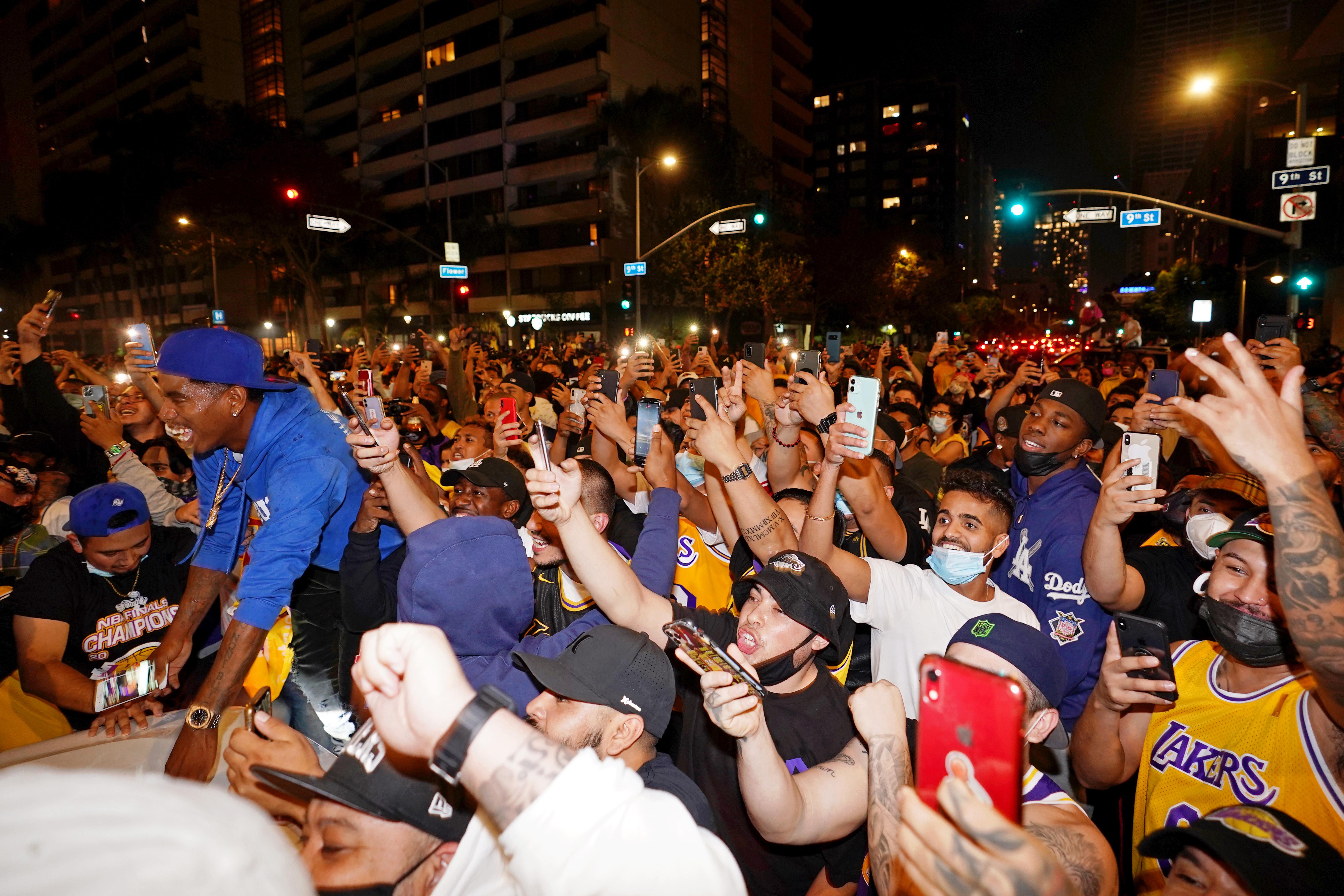 北京時間12日上午,2019-2020賽季NBA總決賽落下帷幕,洛杉磯湖人經過6場鏖戰,4比2擊敗邁阿密熱火加冕總冠軍。球迷們歡呼雀躍。