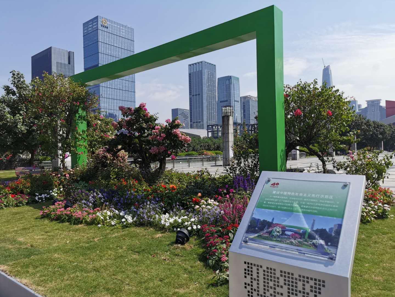 蓮花山公園通往市民中心的花卉作品。(記者 胡永愛 攝)