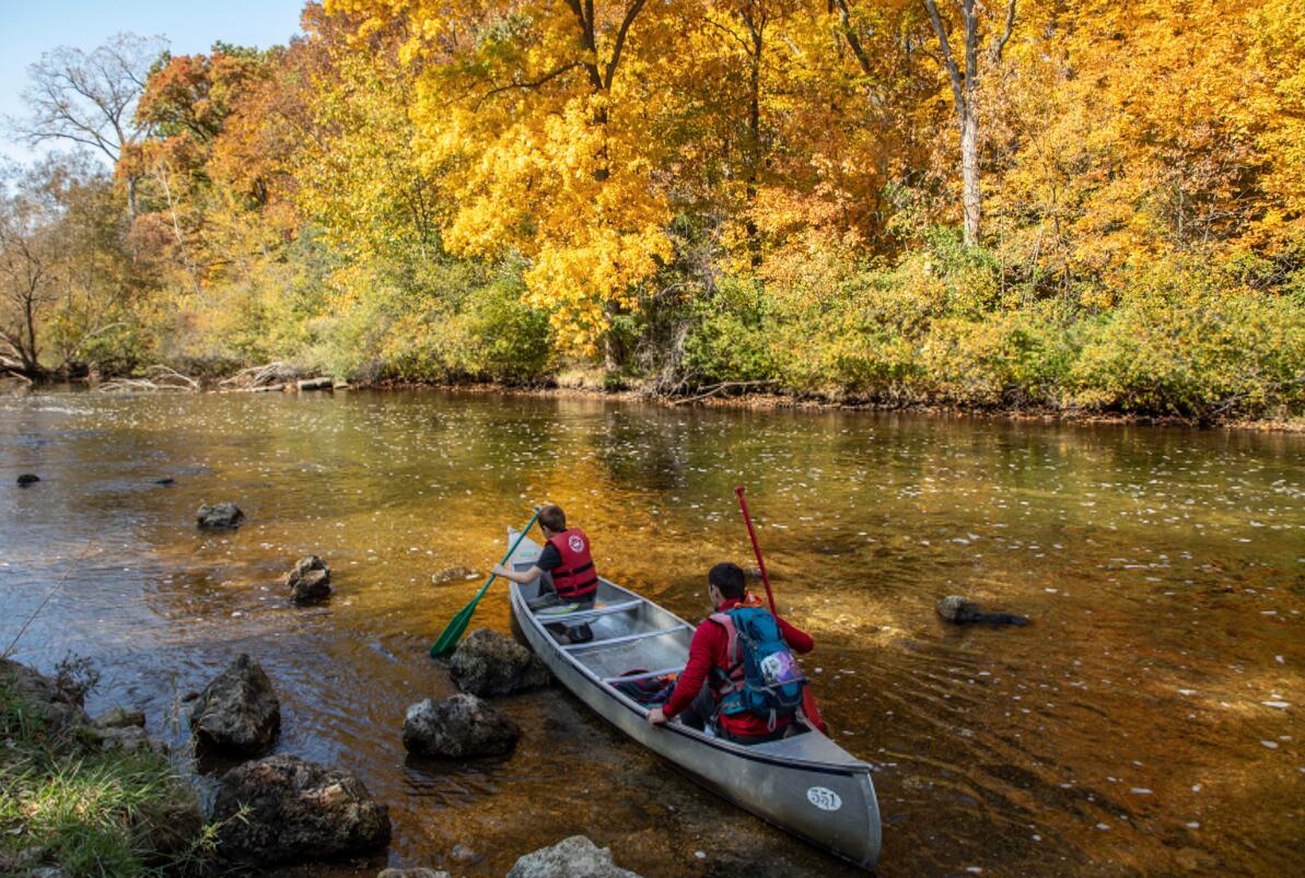 10月11日,在美國密歇根州東部利文斯頓縣,人們在哈得孫河上划獨木舟。(新華社)