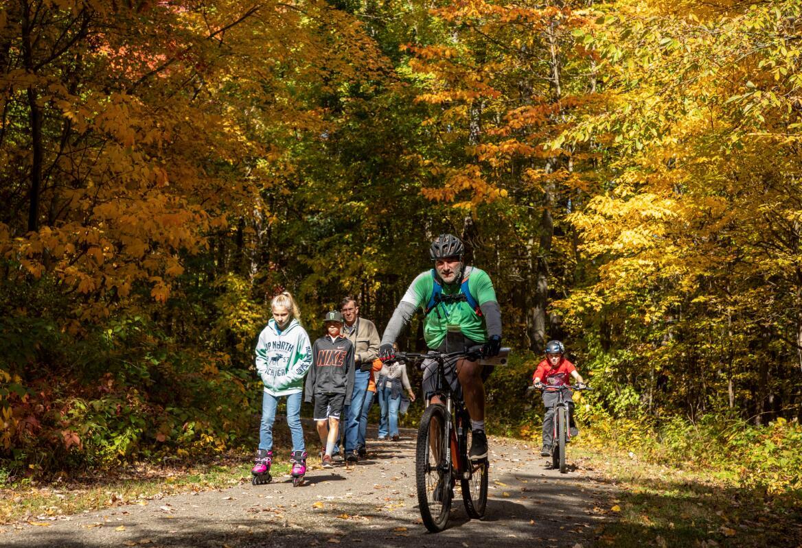 10月11日,在美國密歇根州東部利文斯頓縣,人們徒步或騎行欣賞秋景。(新華社)