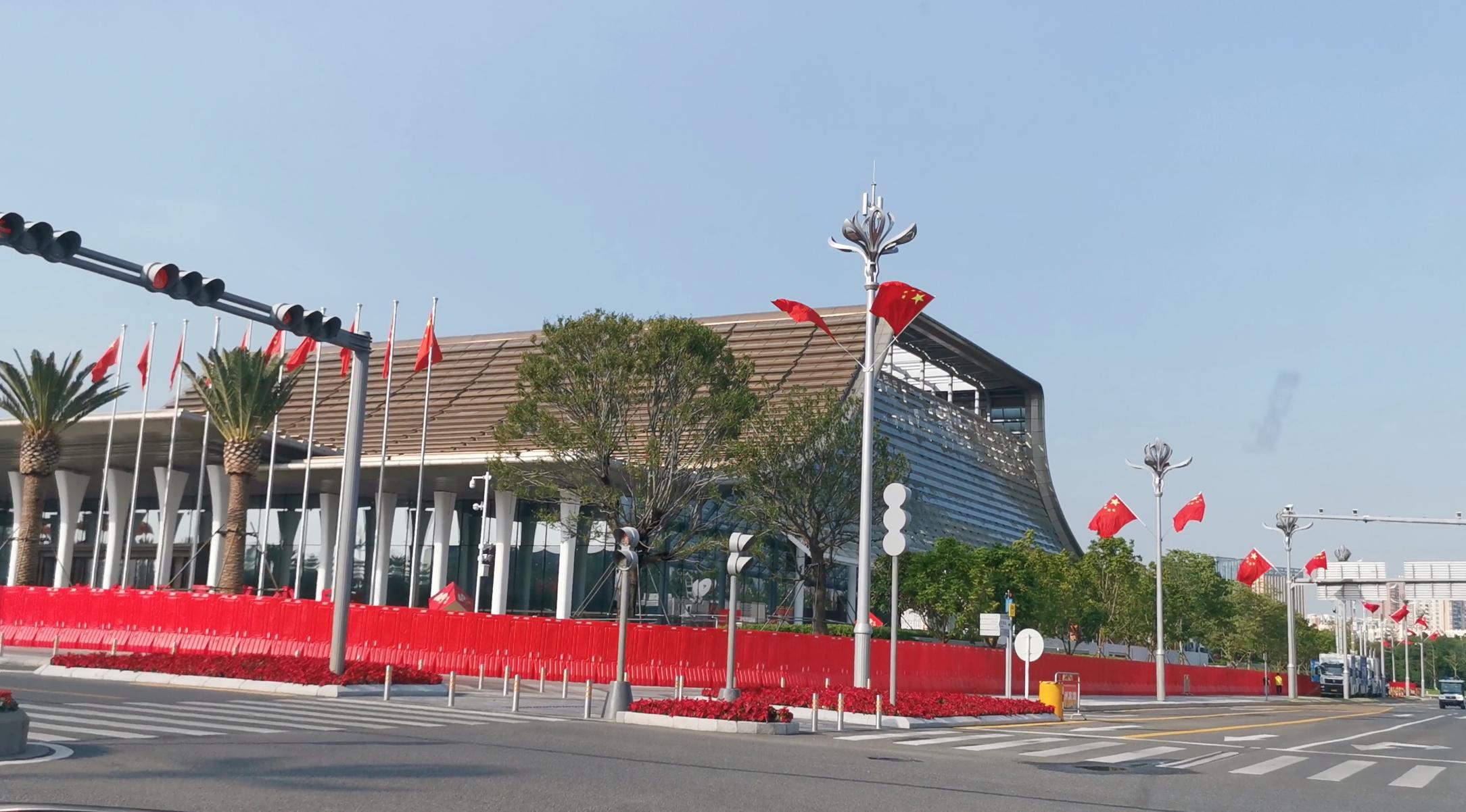 前海國際會議中心道路掛上國旗。(記者 胡永愛 攝)