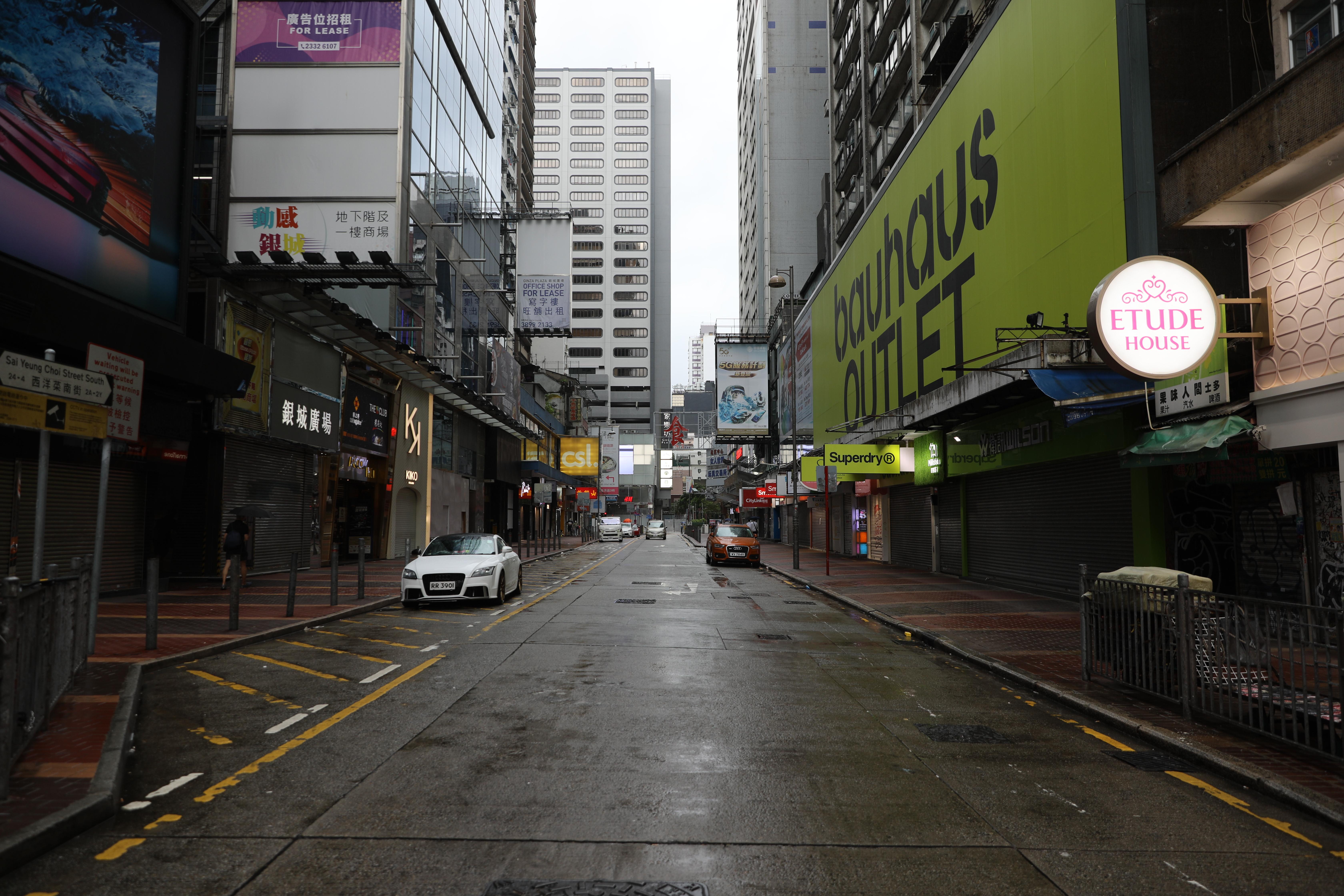 八號風球下,旺角一帶變得人煙稀少,原本車水馬龍的彌敦道亦變得冷冷清清,近8成店舖關門,女人街棚架亦被拆下,只有少量食肆、藥房開業。(大公文匯全媒體記者攝)