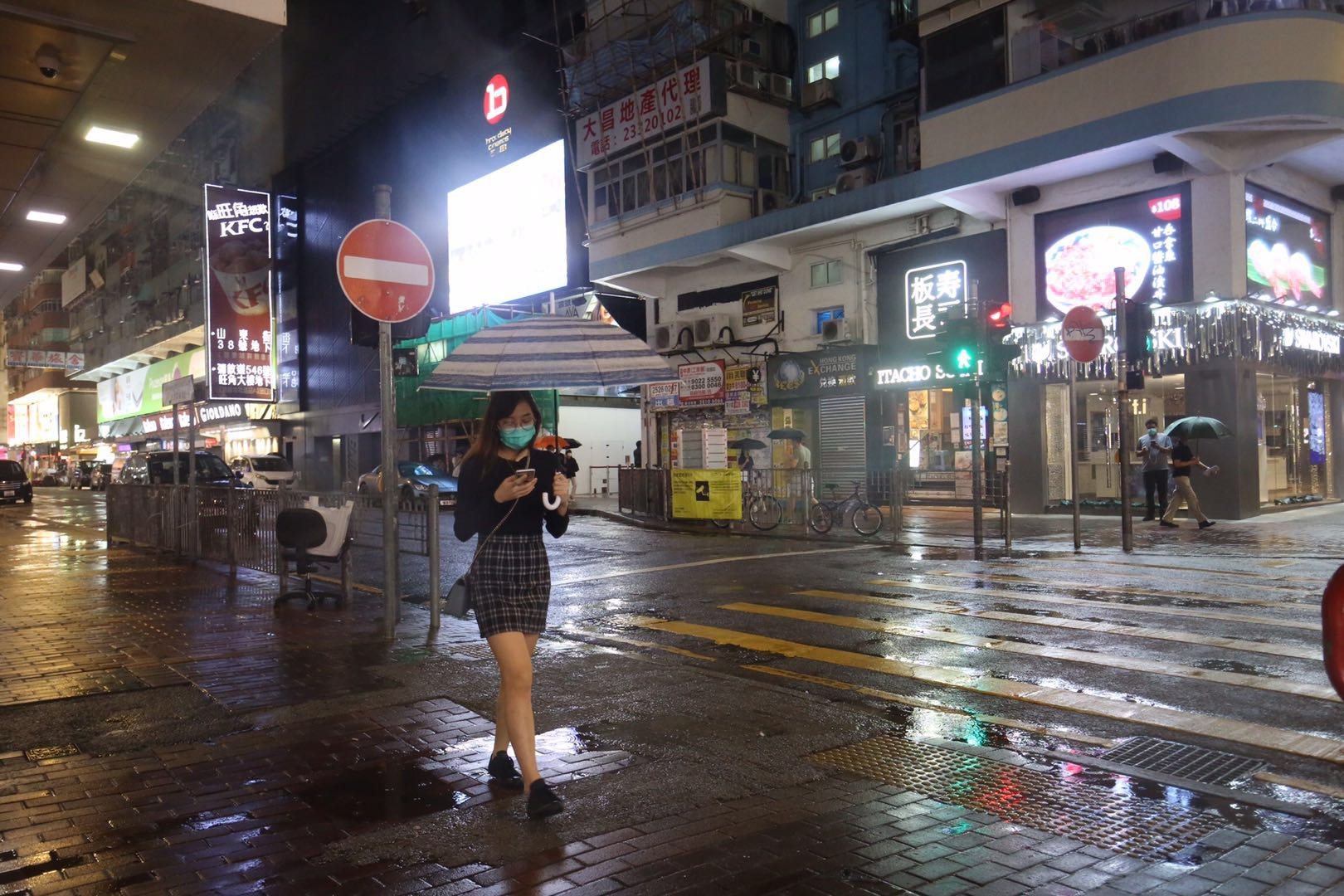 天文台7時40分改發三號強風信號,晚上街道氣氛平靜。(大公文匯全媒體記者 馬丁 攝)