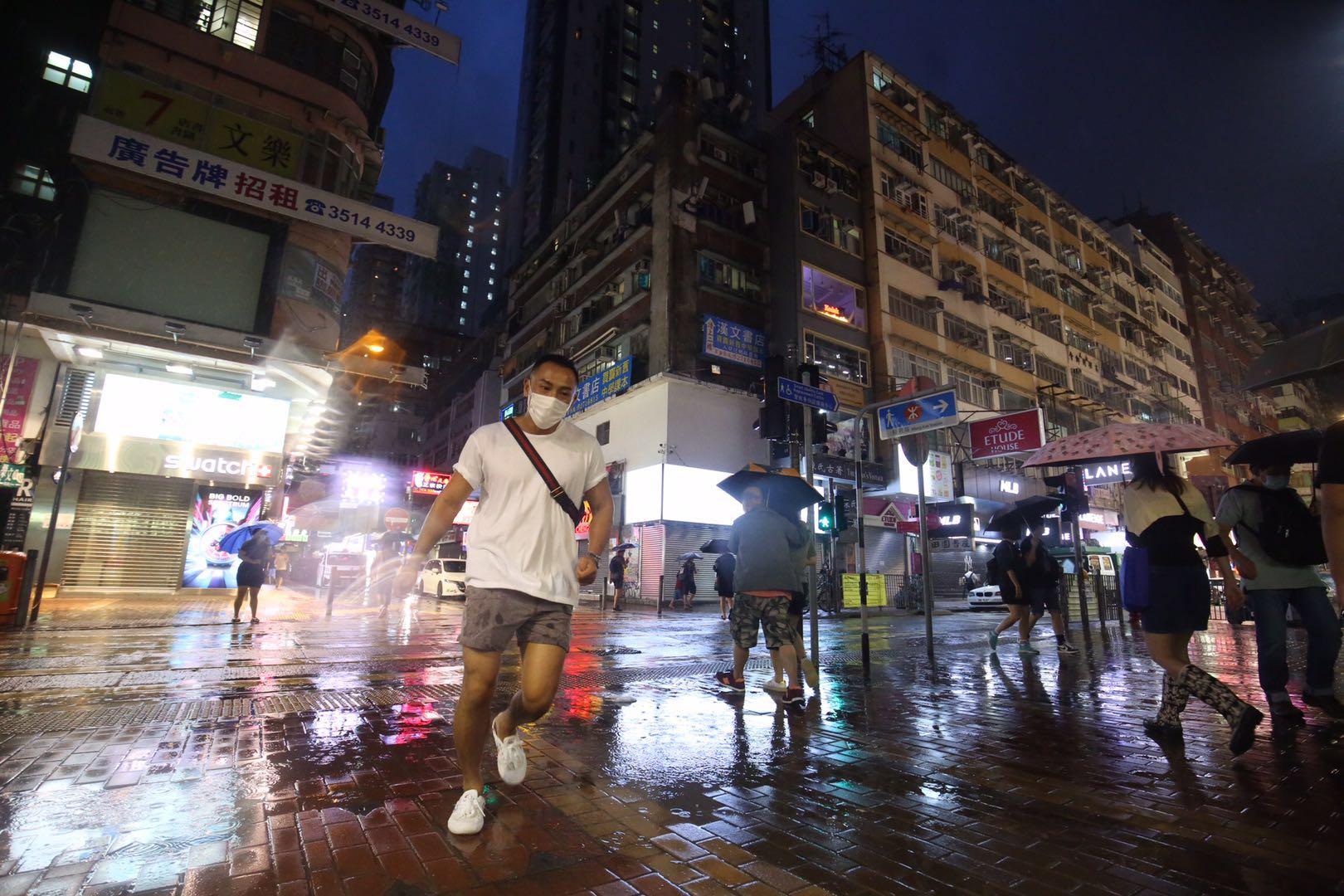 受到熱帶氣旋「浪卡」影響,香港今日(13日)旺角街上同戲院晚上人流稀疏。(大公文匯全媒體記者 馬丁 攝)