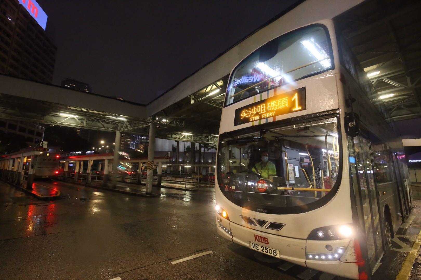 九巴及龍運巴士傍晚6時半起,各路線陸續恢復有限度服務。(大公文匯全媒體記者 馬丁 攝)
