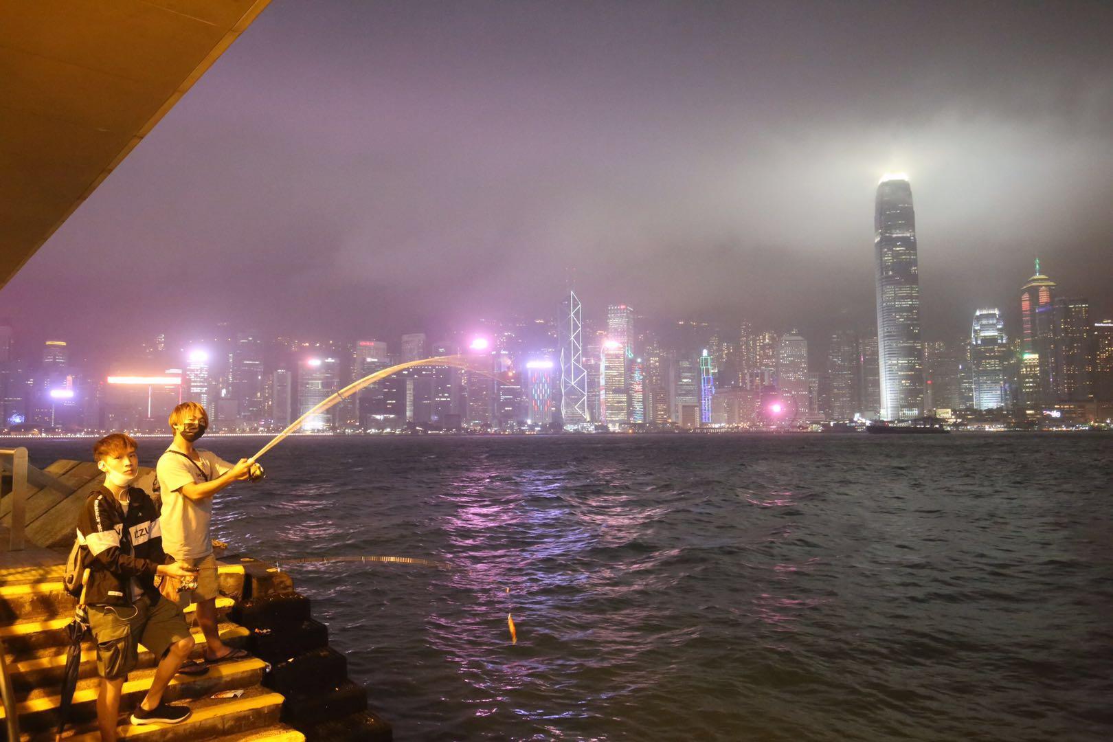 打風期間的尖沙咀碼頭,有市民在岸邊釣魚。(大公文匯全媒體記者 馬丁 攝)