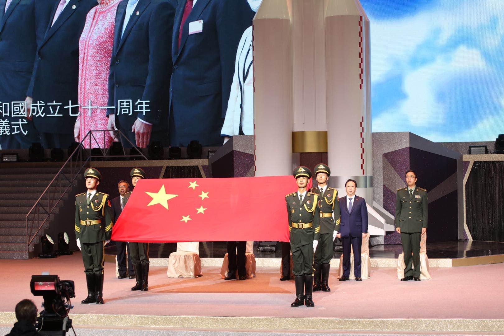 解放軍旗手護衛國旗步出,晚會拉開序幕。(大公文匯全媒體記者攝)