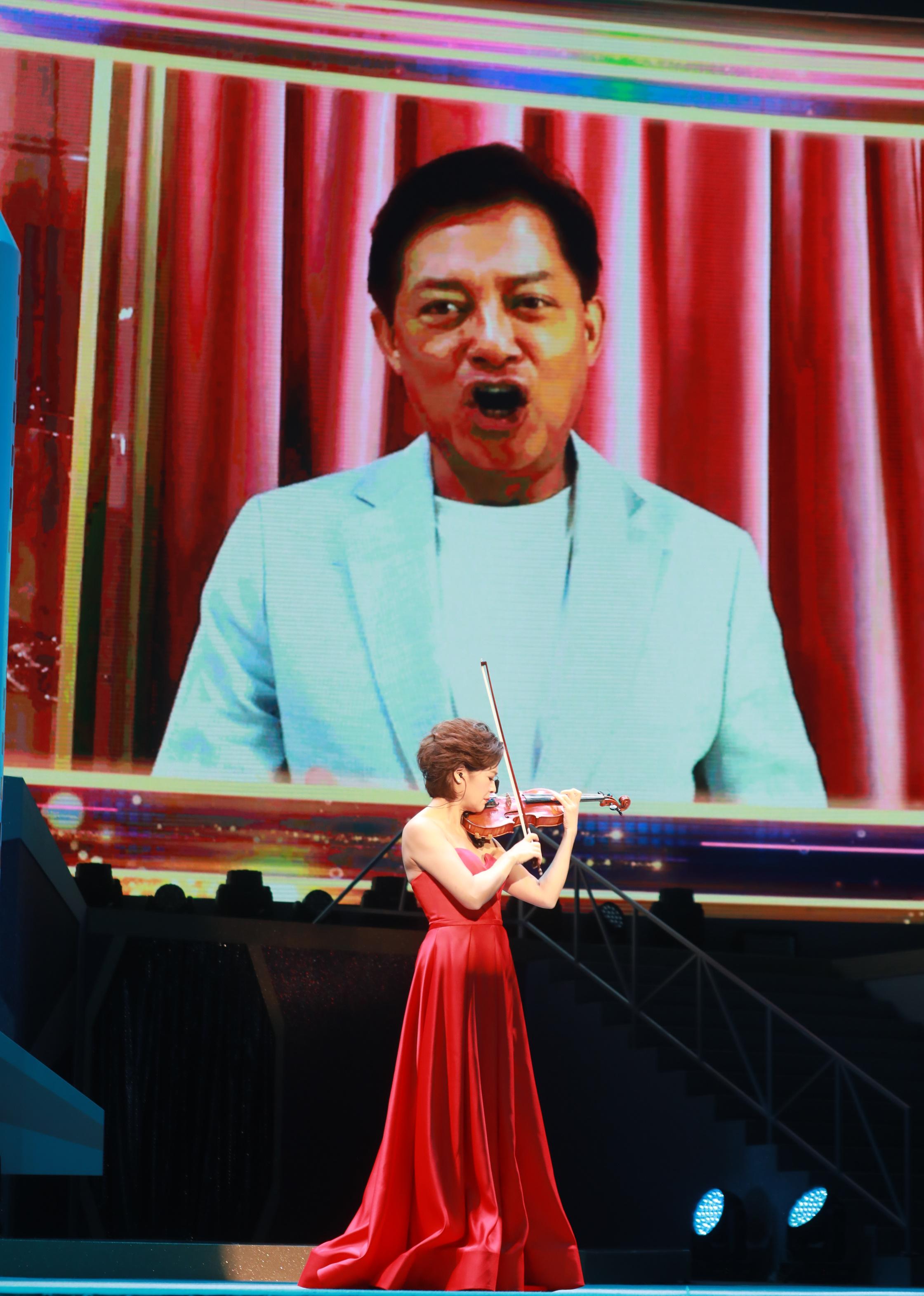 中國著名小提琴演奏家姚珏,以及國際知名男高音歌唱家莫華倫隔空合作,帶來精彩演出。(大公文匯全媒體記者攝)