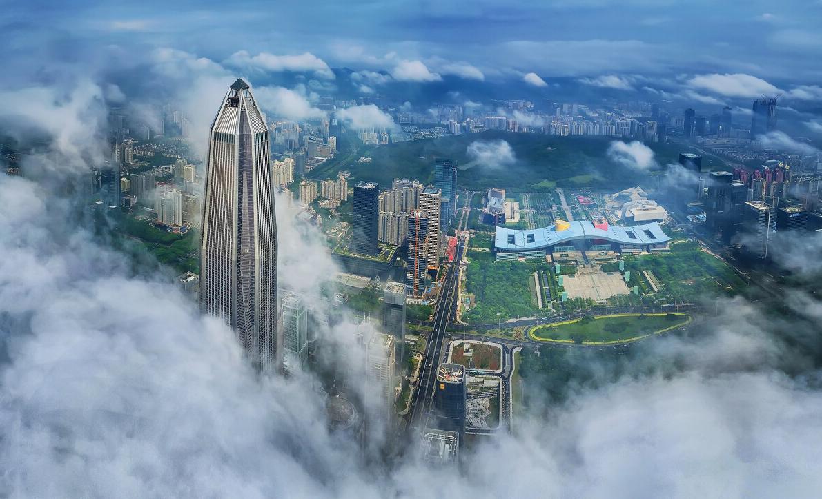 《鵬城仙境》:深圳的城市地標第一樓「平安大廈」和深圳坐標建築「市民中心」在雲霧的籠罩下,忽隱忽現,猶如人間仙境。