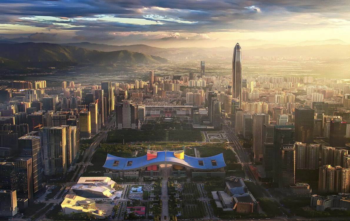 《霞光金城》:夕陽向大地灑下金輝,整個深圳披上了金紗,大地蒙上了光耀的色彩,夕陽的美麗映遍整個城市。