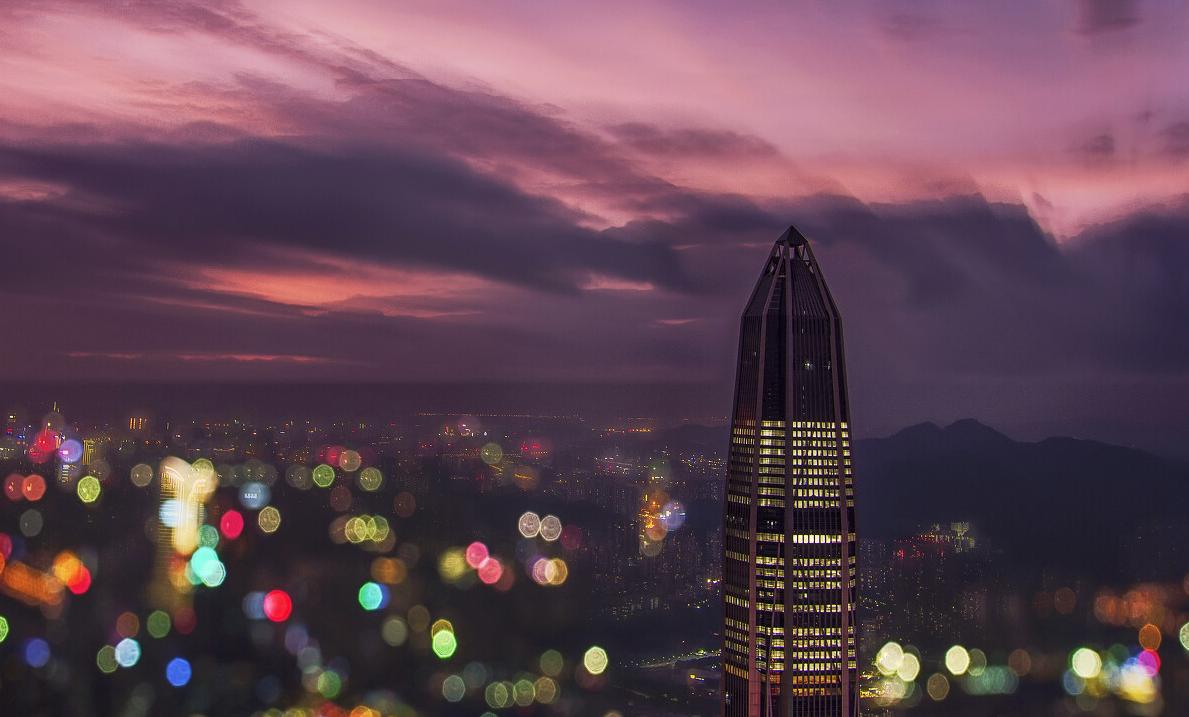 《絢麗平安》:颱風「艾利」到來之前,七彩斑斕的顏色,讓「平安大廈」更顯華麗。
