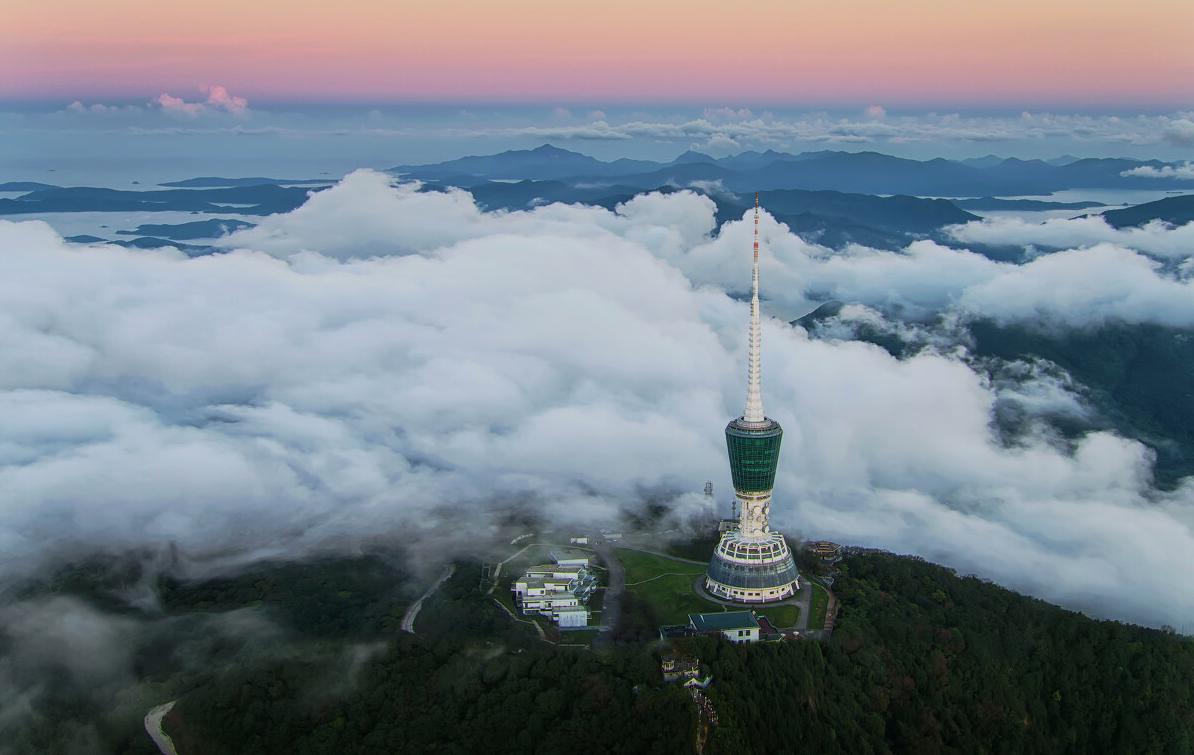 《雲中聳立》:深圳電視塔坐落在梧桐山頂,頭頂藍天,手托白雲,舉目遠眺整個深圳。電視塔在白雲的圍繞下,猶如一幅美麗的畫卷。