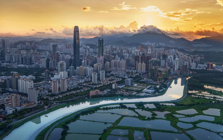 《城市田園》:寬闊的農田、林地環抱美麗的人居環境,深圳河的曲線分割,顯得更加唯美、浪漫、和諧。