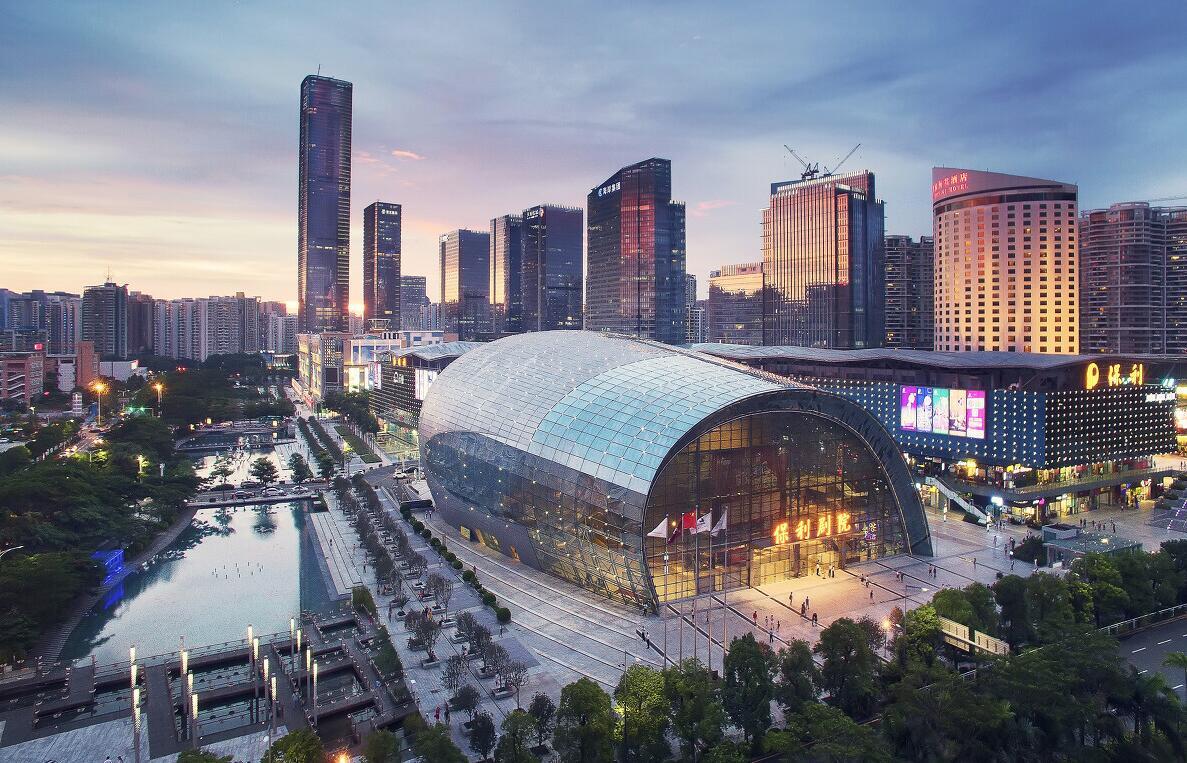 《保利夜幕》:「保利劇院」坐落於「深圳市南山區文化商業中心」沐浴在餘輝的彩霞中,美輪美喚。