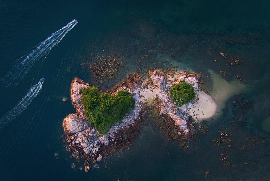 《海洋之心》:在深圳南澳大奧灣,海邊有兩個小島,空中鳥瞰,彷彿兩顆一大一小相連的綠色心形鑲嵌在碧海之上。