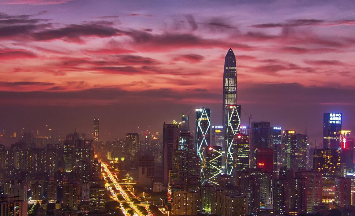 《華麗平安》:深圳市新的地標建築平安國際金融中心,夜幕降臨時,顯得華麗高貴。