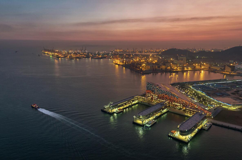 《華燈初上太子灣》:正式啟用的蛇口太子灣游輪碼頭,將崛起世界級郵輪母港,深圳通連香港、走向世界的「海上門戶」。深圳人從深圳出發,環遊世界的夢想從此將會實現了。