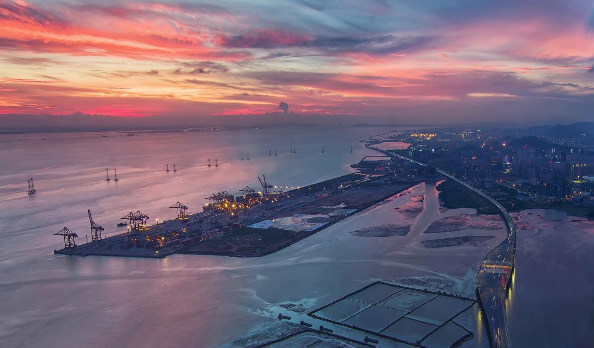 《五彩港灣》:大鏟灣位於深圳西部的珠江出海口,夕陽西下,美麗的晚霞漸漸從天邊蔓延過來,染紅了天空,整個港口沐浴在最後的夕陽餘暉中。