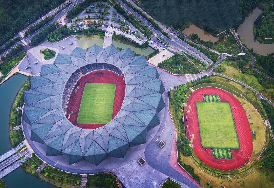 《彩色水晶缸》:「龍崗大運體育中心」外形猶如一塊巨大的天然水晶。它是深圳舉辦2011年第26屆世界大學生夏季運動會的主場館。
